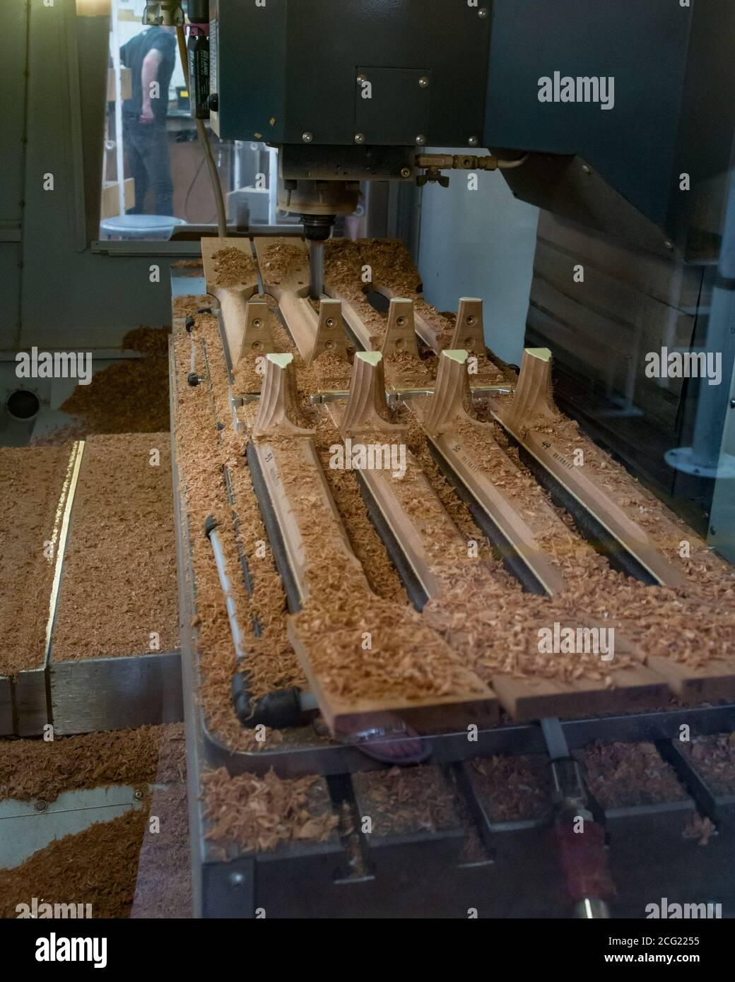 Eine computergesteuerte CNC-Präzisionsfräsmaschine formt Gitarrenhälse in der Taylor Guitar Fabrik in El Cajon, Kalifornien, USA. Stockfoto