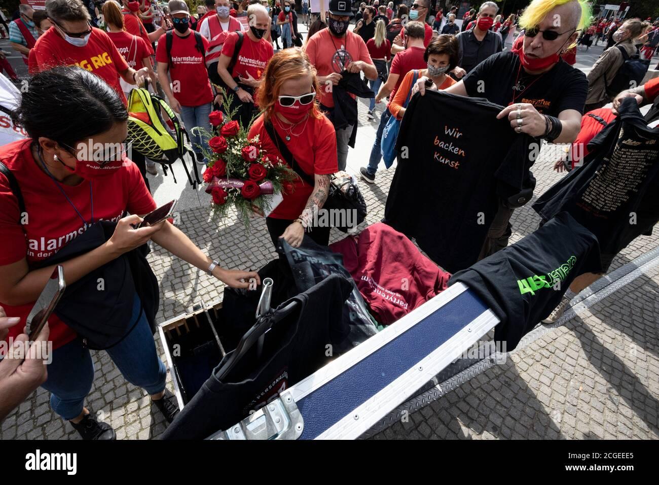 Berlin, Deutschland. September 2020. Red Alert Protest von Menschen, die von der Schließung von kulturellen Organisationen und Veranstaltungen aufgrund der Coronavirus-Krise betroffen. Menschen spenden T-Shirts von einer Veranstaltung für eine Mahnwache vor dem Reichstag. Stockfoto