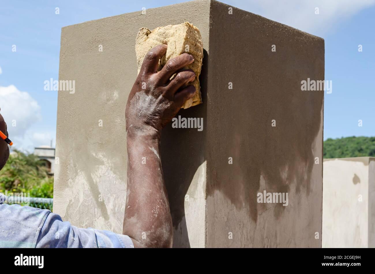 Arbeiter Glättung Betonwand Stockfoto