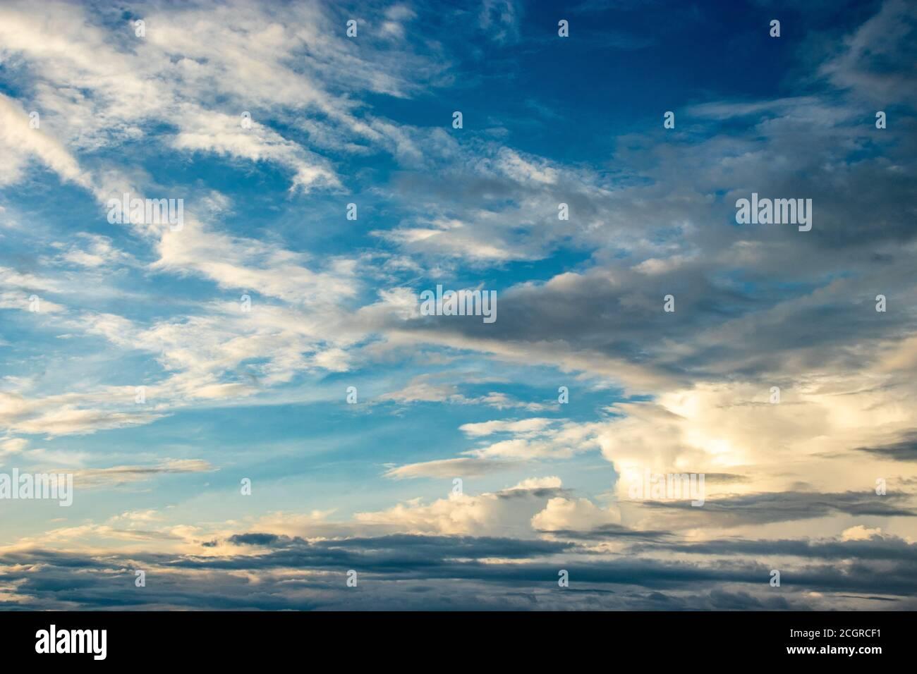 Dramatischer Himmel am Abend mit Wolken Bild ist die heitere Schönheit der Natur. Stockfoto