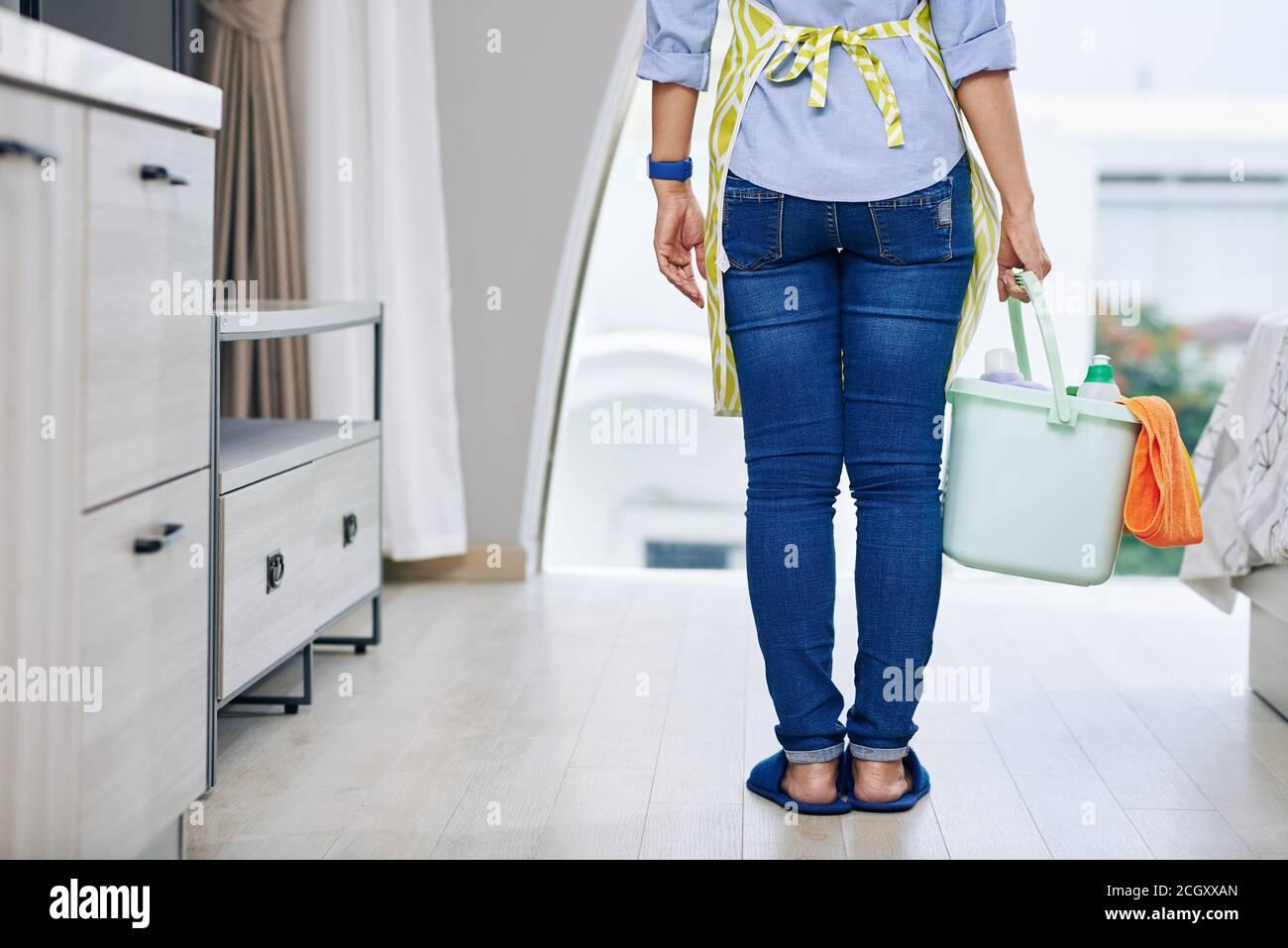 Hausfrau mit Eimer Waschmittel Stockfoto