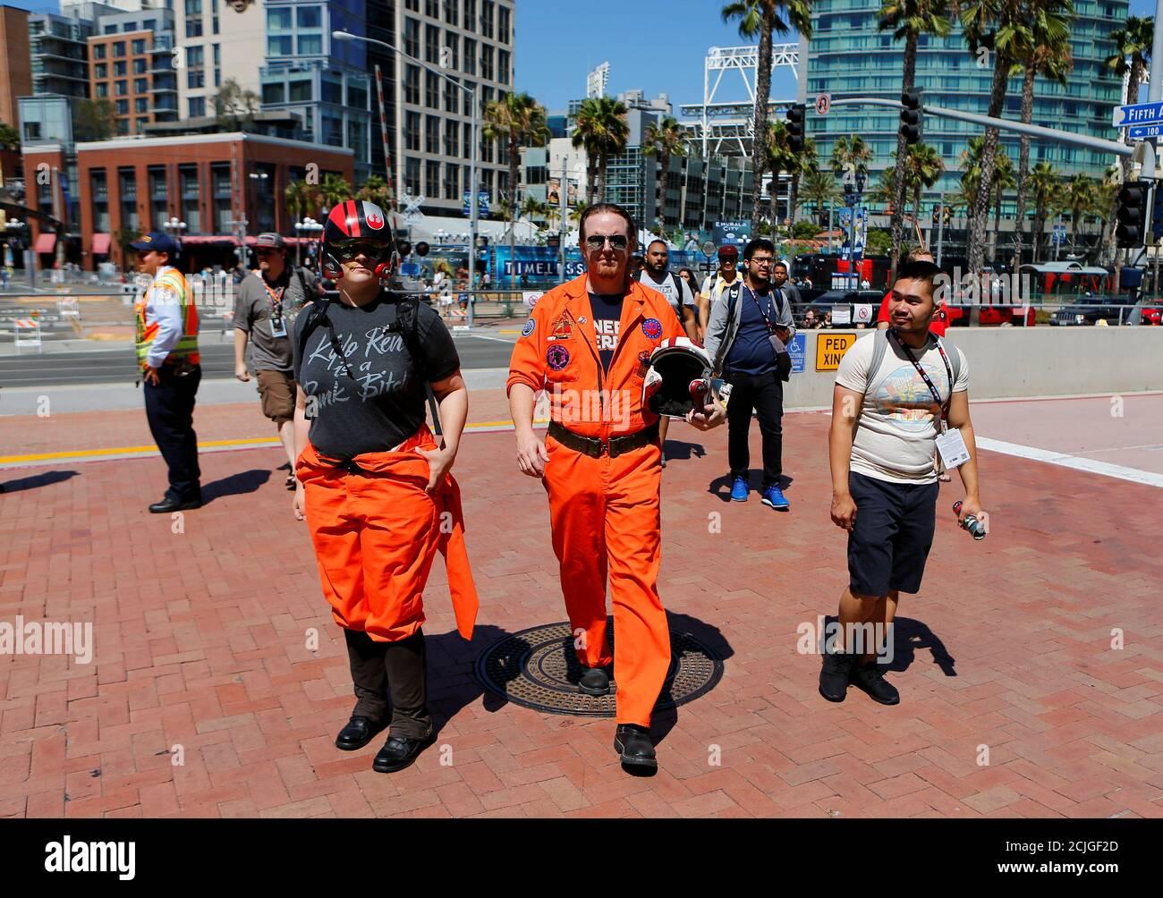 Die Teilnehmer sammeln für den Beginn der Comic-Con International in San Diego, Kalifornien, USA, 20. Juli 2016. REUTERS/Mike Blake Stockfoto