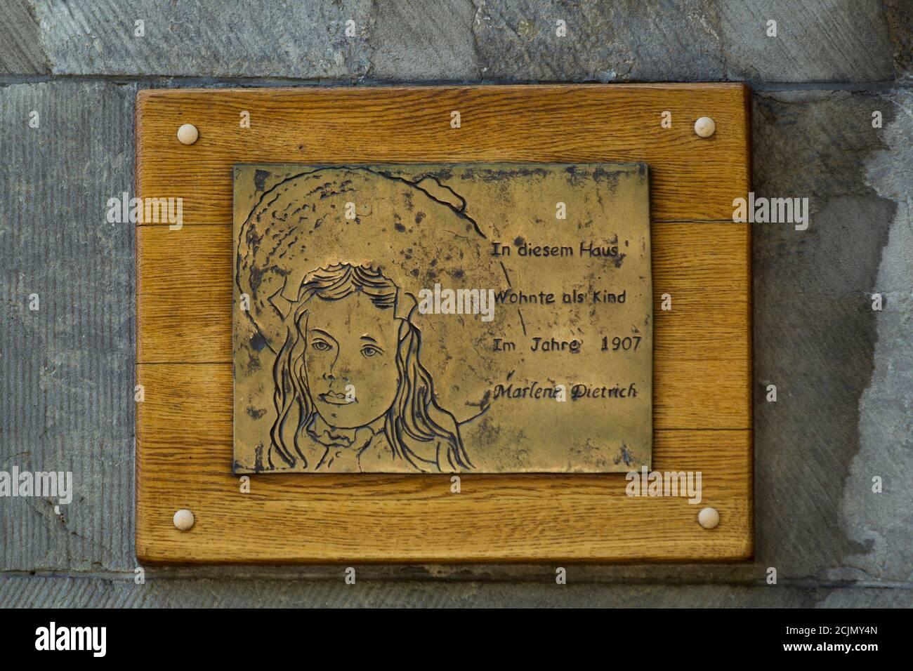 Eine Tafel zeigt ein Bild von dem jungen Marlene Dietrich