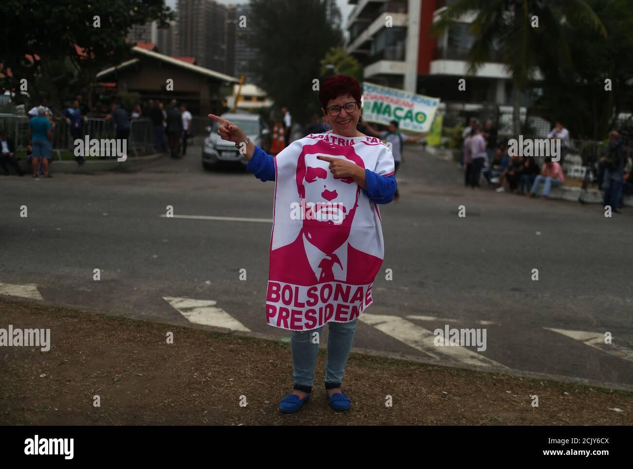 Ein Unterstützer des neuen Präsidenten Brasiliens, Jair Bolsonaro, trägt ein Stück Stoff mit einem Bild seines Gesichts, Gesten vor seiner Eigentumswohnung in Barra da Tijuca Nachbarschaft in Rio de Janeiro, Brasilien 29. Oktober 2018. REUTERS/Pilar Olivares Stockfoto
