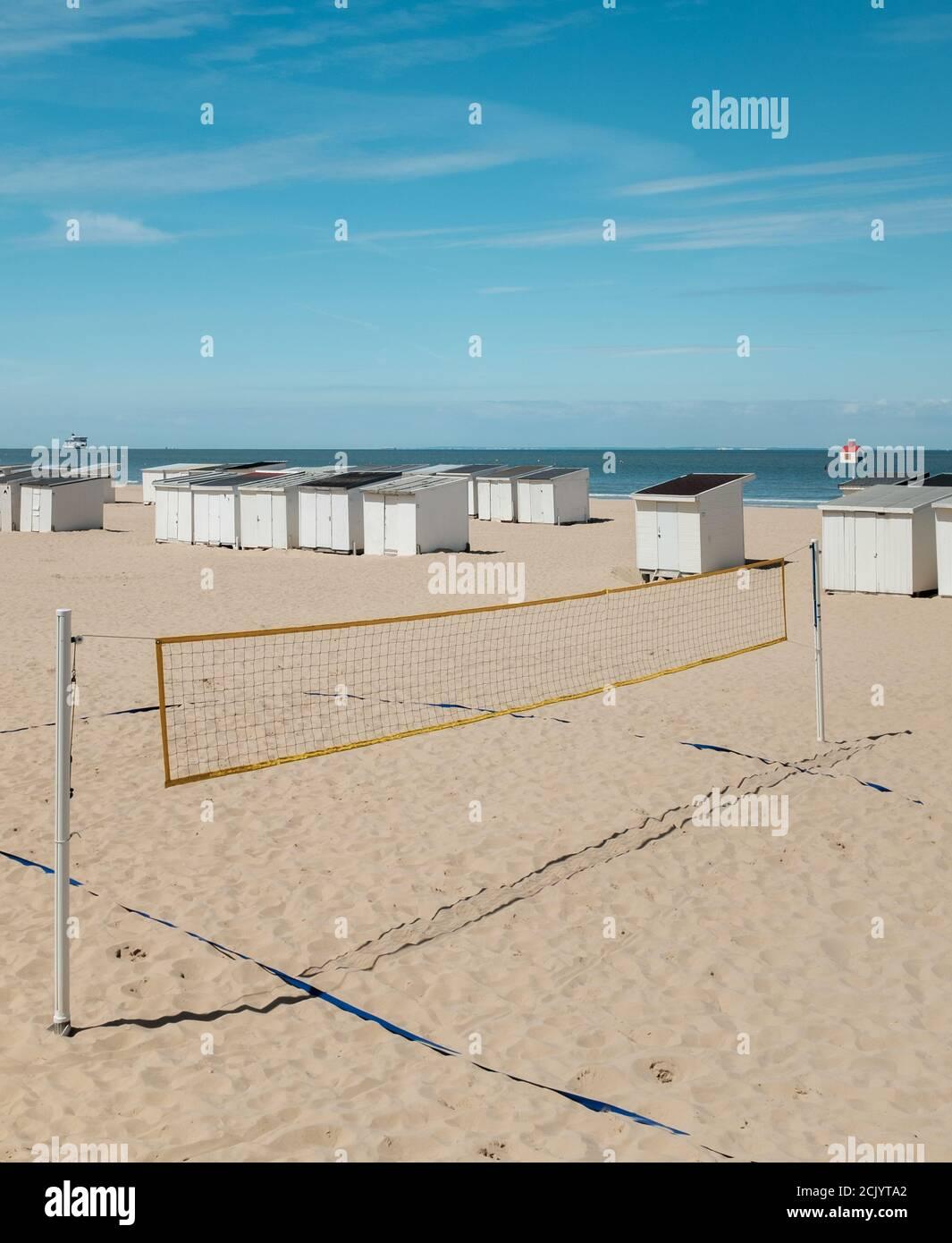 Volleyballplatz an einem leeren Strand in Calais, Frankreich Stockfoto