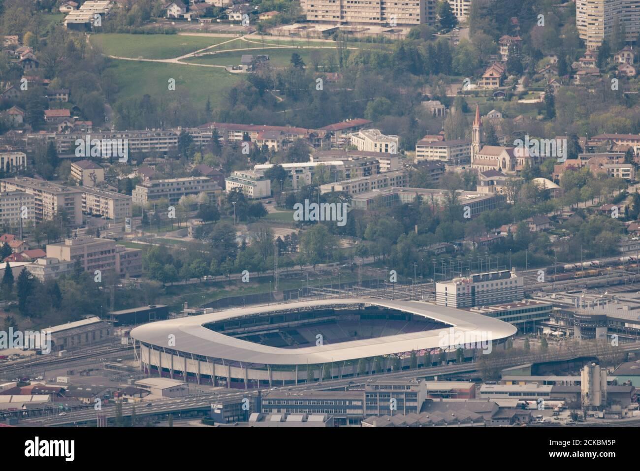 Luftaufnahme des Genfer Stadions (Schweiz) und seiner Umgebung aufgenommen Mit einem extrem-Teleobjektiv (600 mm) Stockfoto