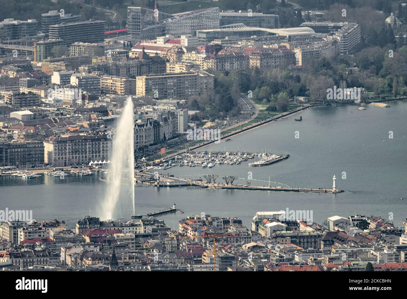 Luftaufnahme von Genf (Schweiz) mit seiner berühmten Wasserquelle, Stadtzentrum, Docks und ngos mit einem extrem Teleobjektiv (600mm) aufgenommen Stockfoto