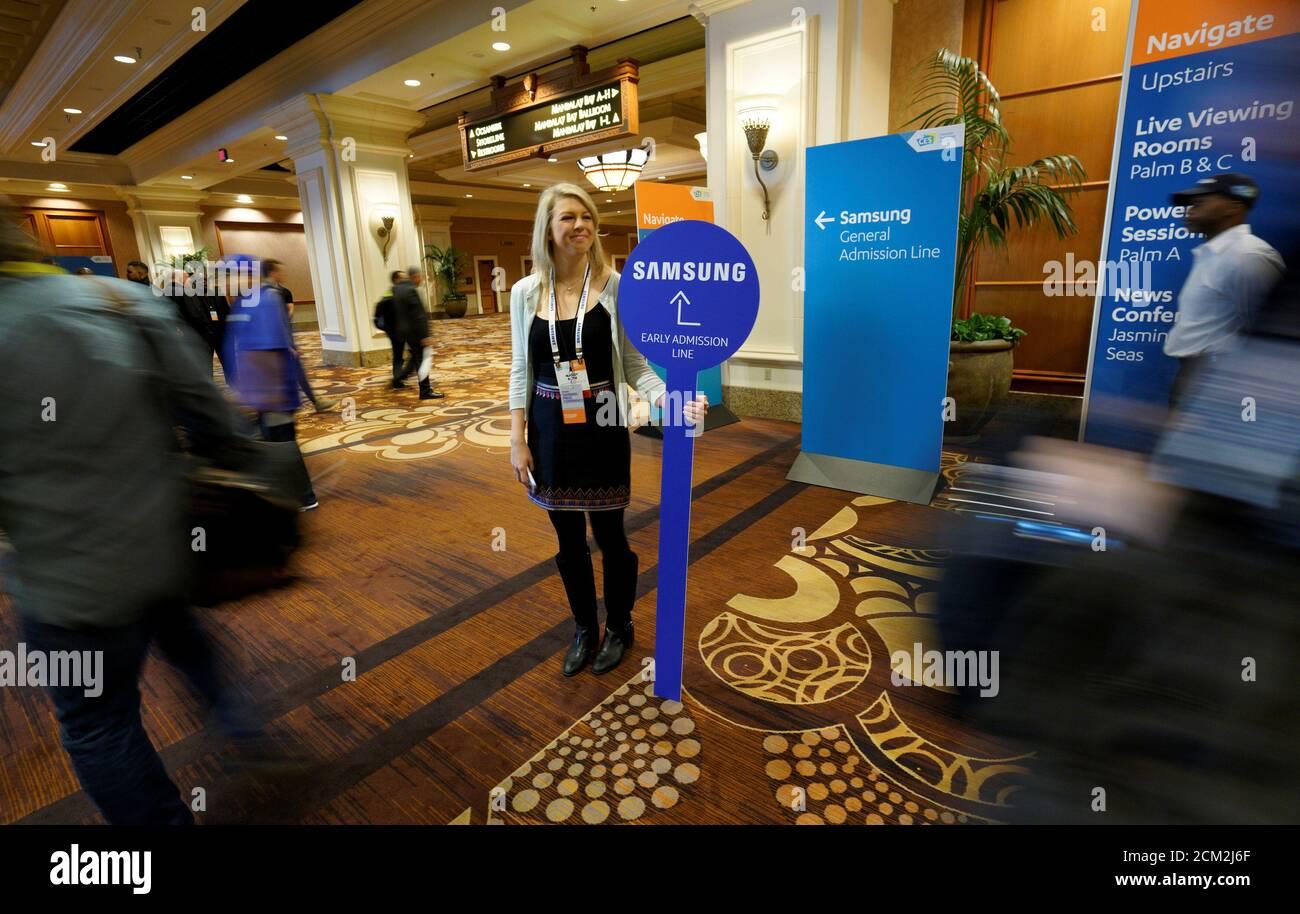 Mandy Roth von der Samsung-PR-Team hält ein Richtungsanzeiger vor der Pressekonferenz von Samsung auf der CES in Las Vegas, USA, 4. Januar 2017. REUTERS/Rick pied Stockfoto