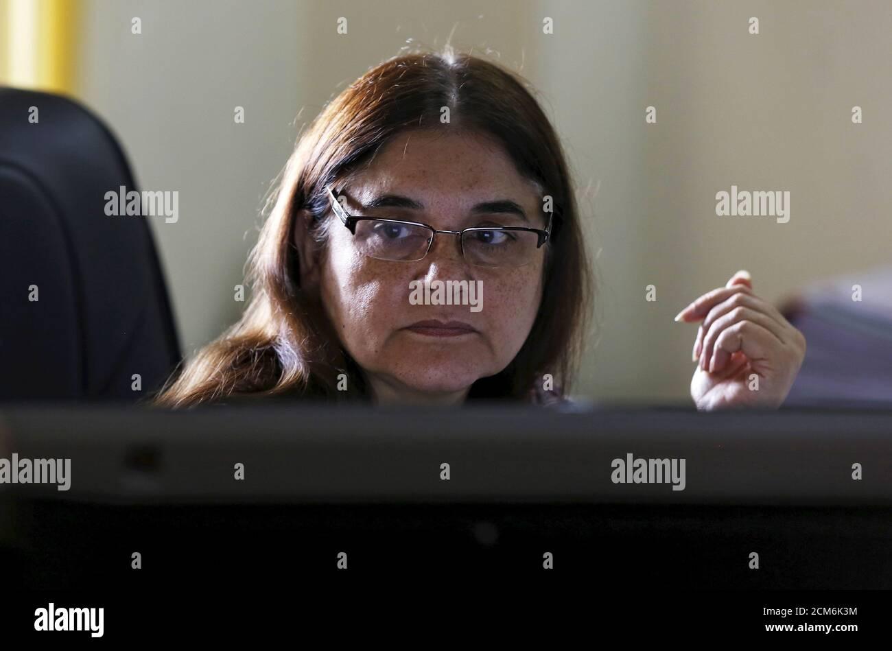 Maneka Gandhi, Ministerin für Frauen und Kinder in Indien, arbeitet an einem Computer, bevor sie Reuters in ihrem Büro in Neu-Delhi, Indien, am 19. Oktober 2015 interviewt. Indiens Hauptprogramm zur Bekämpfung der Unterernährung von Kindern wurde von Budgetkürzungen getroffen, die es schwierig machen, die Löhne von Millionen von Beschäftigten im Gesundheitswesen zu zahlen, sagte ein Kabinettsminister am Montag in einer seltenen öffentlichen Kritik an der Politik von Premierminister Narendra Modi. Gandhi, die Ministerin für Frauen und Kinderhilfe, die ein Programm zur Ernährung von mehr als 100 Millionen armen Menschen beaufsichtigt, sagte, dass das aktuelle Budget nur ausreicht, um Gehälter von 2.7 Millionen Menschen zu bezahlen Stockfoto