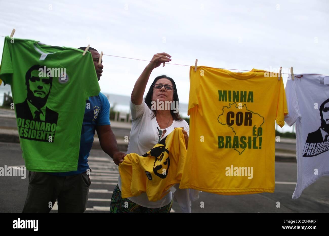Eine Frau nimmt ein T-Shirt mit dem Bild des neuen Präsidenten Brasiliens, Jair Bolsonaro, vor Bolsonaros Eigentumswohnung in Barra da Tijuca Nachbarschaft in Rio de Janeiro, Brasilien 29. Oktober 2018. REUTERS/Pilar Olivares Stockfoto