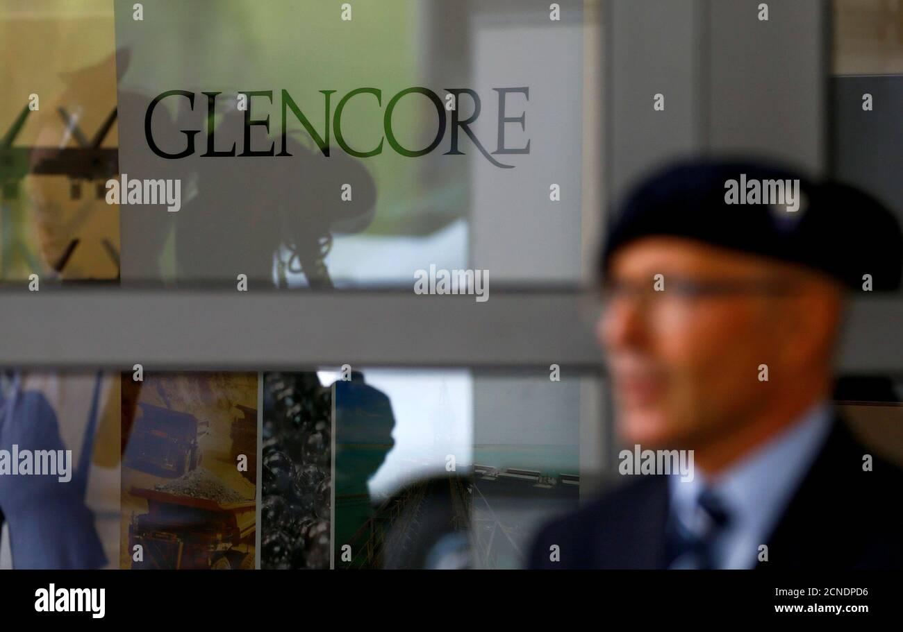 Ein Mitarbeiter einer privaten Sicherheitsfirma steht vor dem Logo der Rohstoffhändler Glencore während des Unternehmens Hauptversammlung in Cham, Schweiz 24. Mai 2017. REUTERS/Arnd Wiegmann Stockfoto