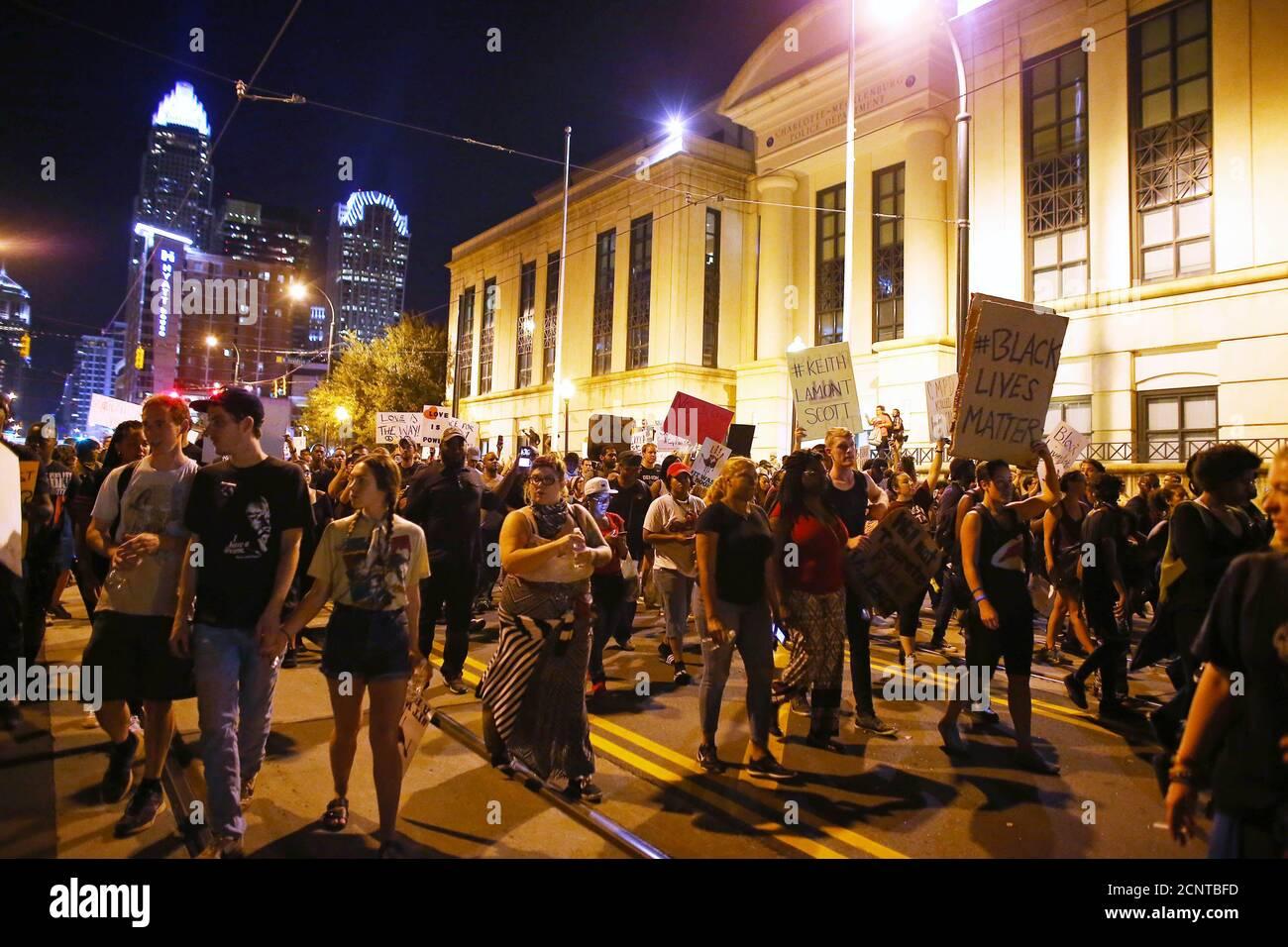Demonstranten marschieren an der Polizeistation vorbei, während einer weiteren Nacht von Protesten über die Schüsse der Polizei auf Keith Scott in Charlotte, North Carolina, USA, 24. September 2016. REUTERS/Mike Blake Stockfoto