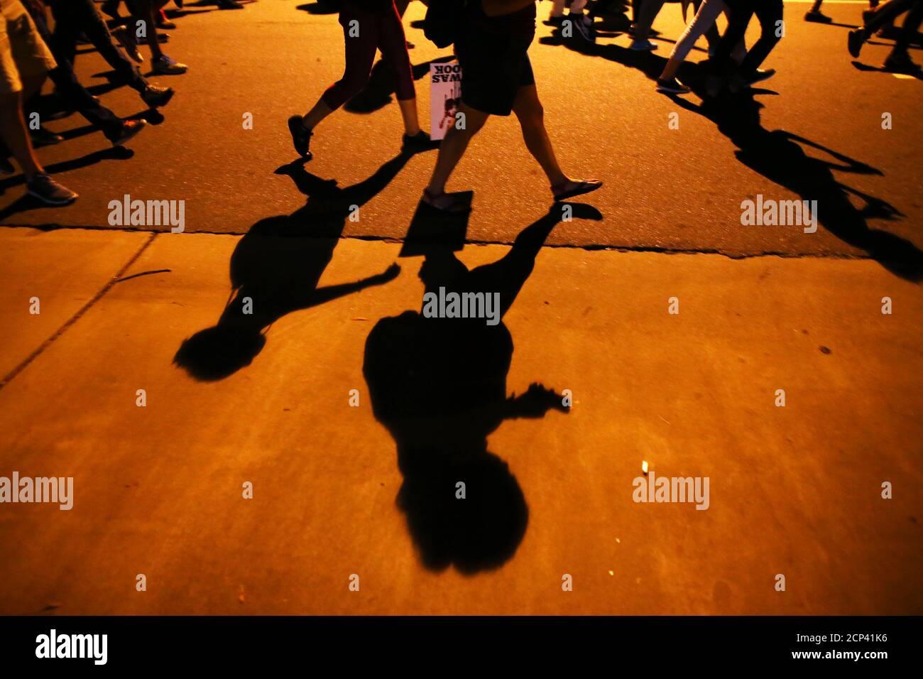 Demonstranten Schatten kennzeichnen der Bürgersteig als sie marschieren in einer anderen Nacht von Protesten über die Polizei schießen von Keith Scott in Charlotte, North Carolina, USA 24. September 2016  REUTERS/Mike Blake Stockfoto