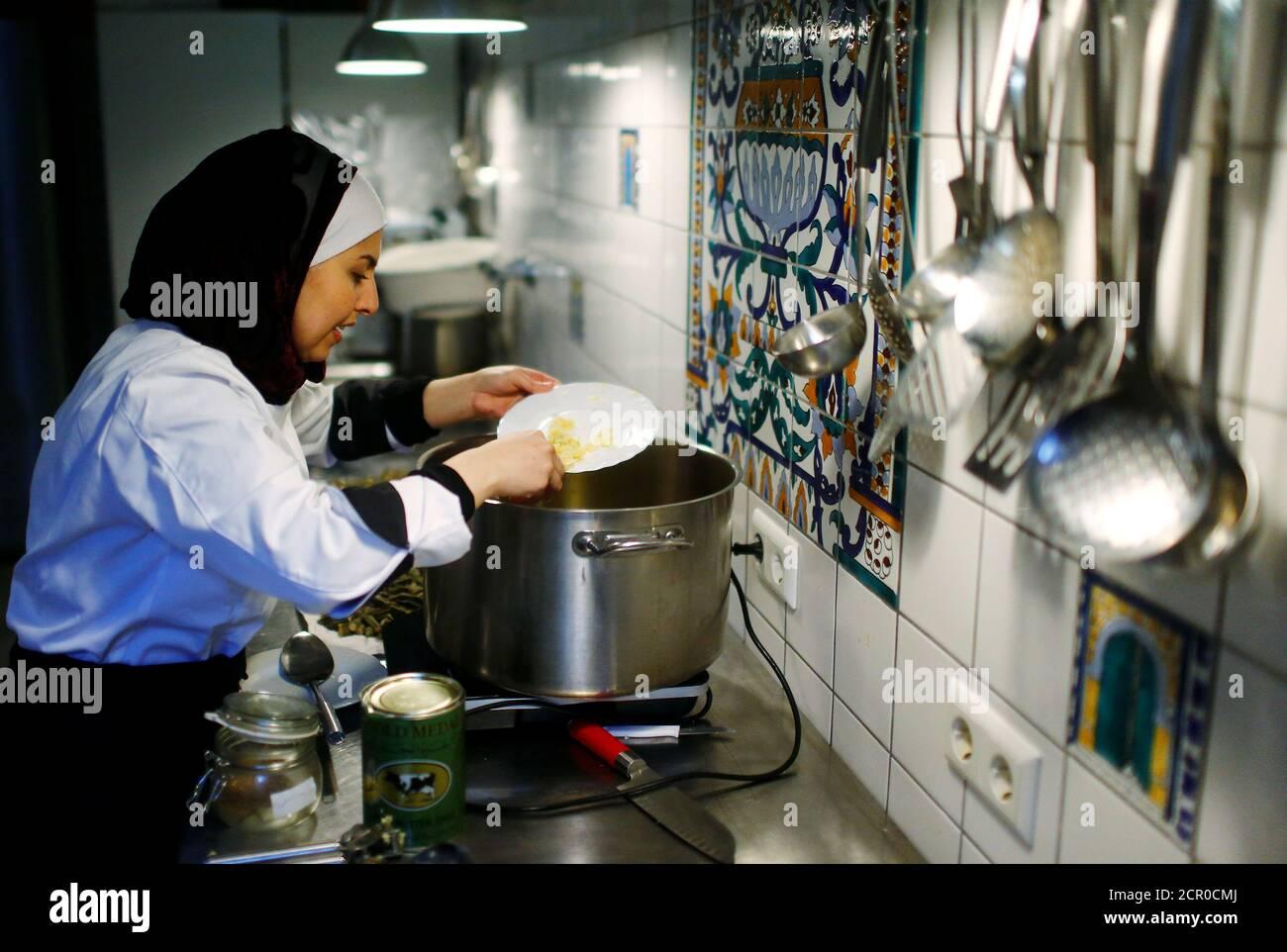 Der syrische Migrant Malakeh Jazmati kocht in einer Küche von Cafe in Berlin, Deutschland 23. Januar 2018. REUTERS/Hannibal Hanschke Stockfoto