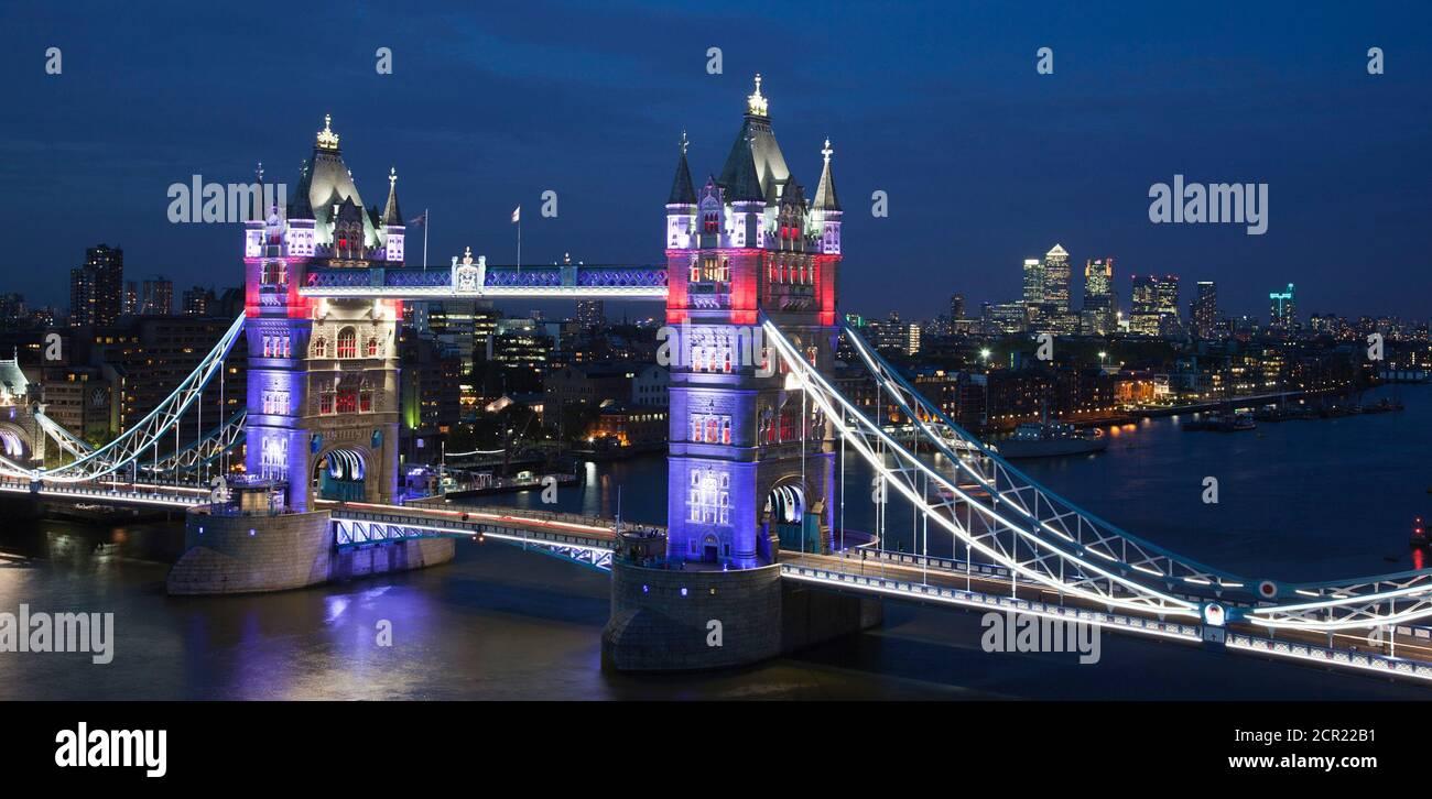Ein neues Tower Bridge Beleuchtungssystem, das von EDF und GE gesponsert wird, wurde rechtzeitig für die Feierlichkeiten zum Diamond Jubilee und Sommer 2012 fertiggestellt. Die farbigen Leuchten werden nur zu besonderen Anlässen verwendet, während die weiße LED-Beleuchtung und das Kabelsystem permanent sind. Stockfoto