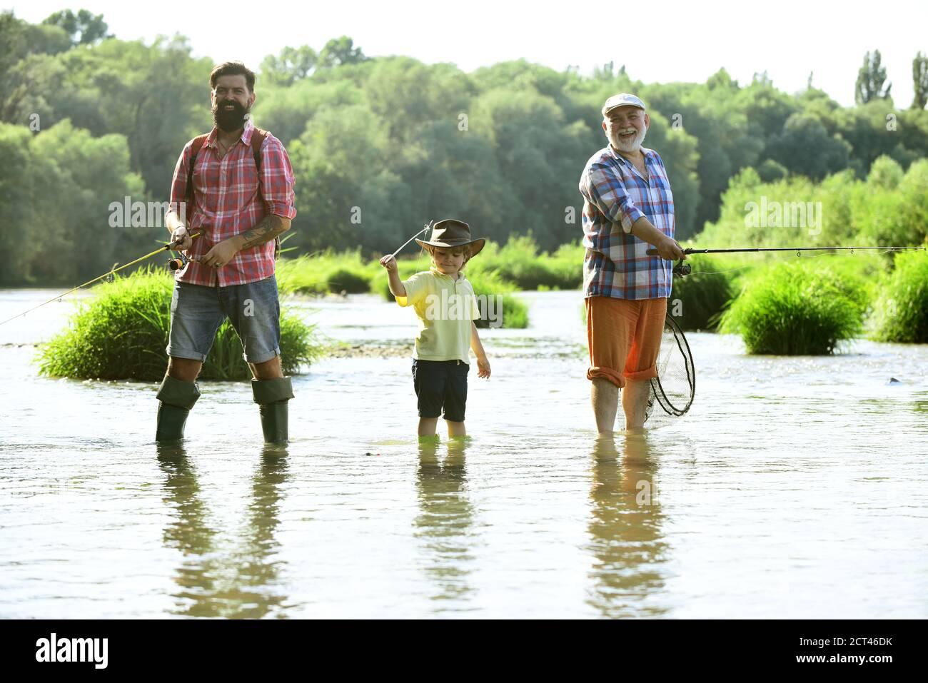 Großvater, Vater und Enkel fischen zusammen. Angeln. Glückliche Menschen Familie haben Angeln und Spaß zusammen. Fliegenfischen. Stockfoto
