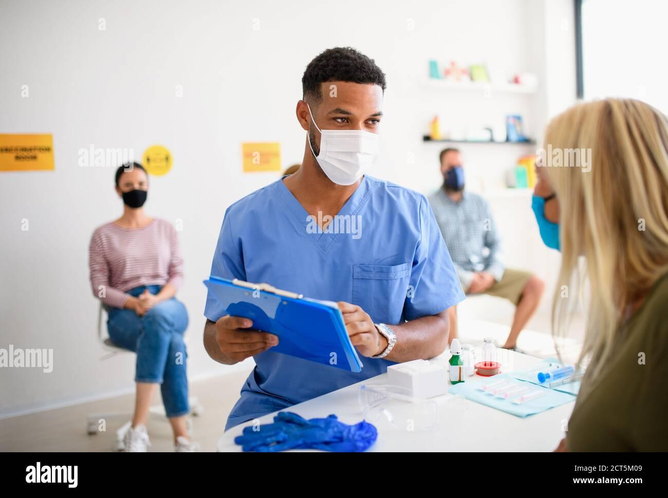 Menschen mit Gesichtsmaske werden geimpft, Coronavirus, covid-19 und Impfkonzept. Stockfoto