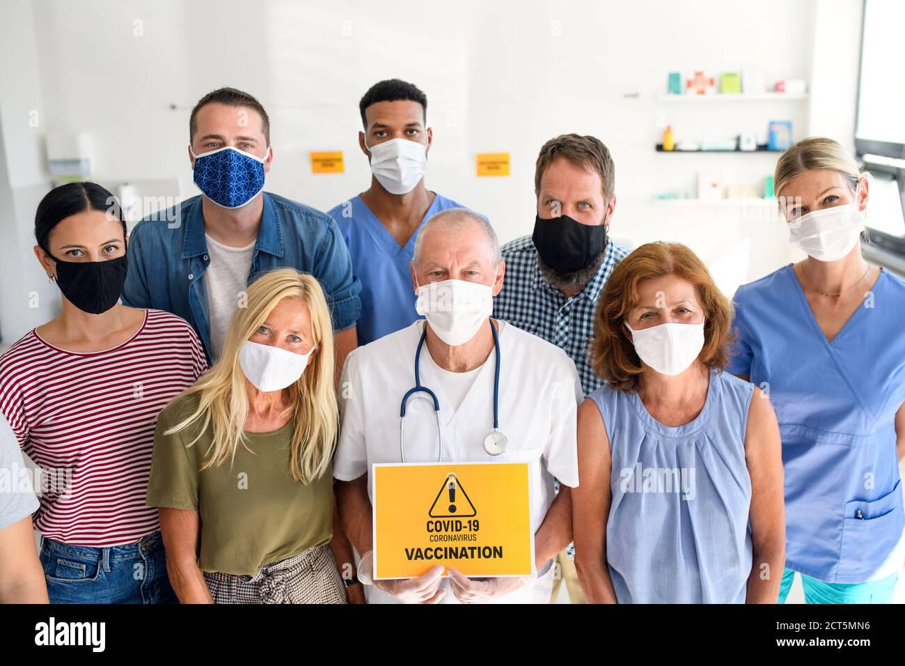Porträt von Arzt und Menschen mit Gesichtsmasken, Coronavirus, covid-19 und Impfkonzept. Stockfoto