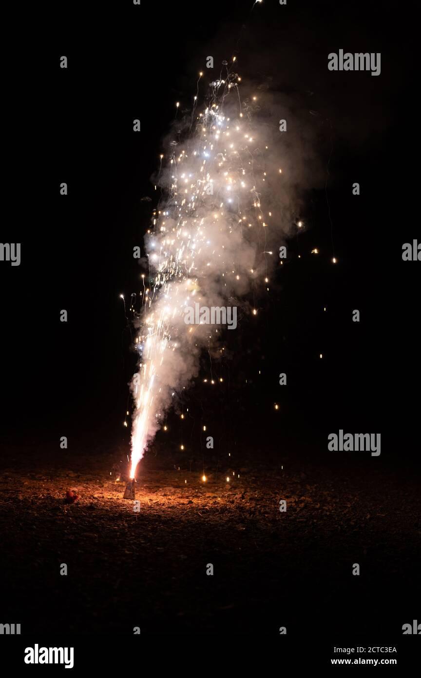 Feuerwerk funkelt belichtete Textur auf schwarzem Hintergrund Stockfoto