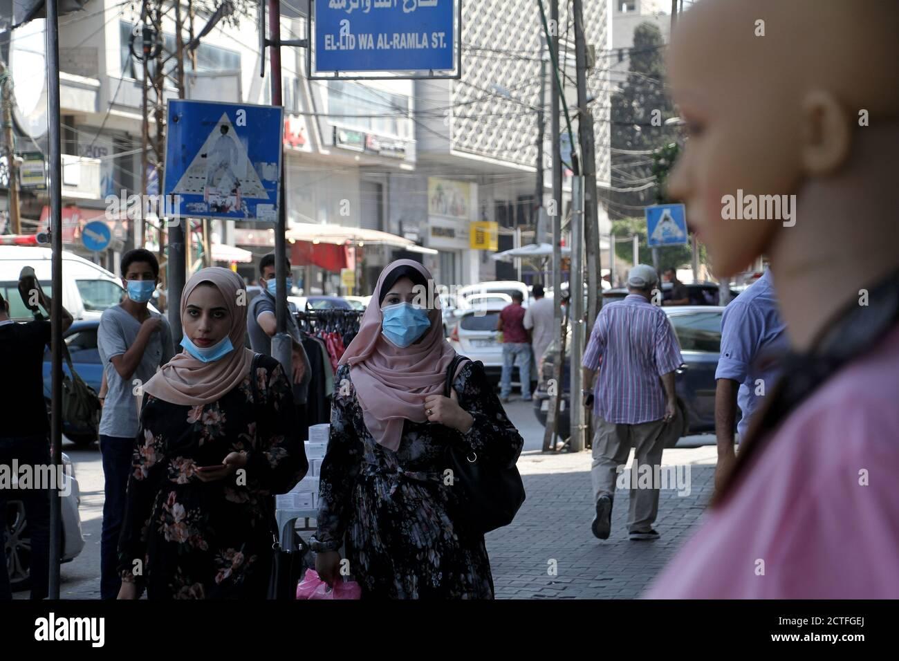 Gaza-Stadt. September 2020. Palästinenser mit Gesichtsmasken gehen am 22. September 2020 auf einer Straße in Gaza-Stadt. Palästina verzeichnete am Dienstag 557 neue Fälle, die mit dem neuartigen Coronavirus infiziert wurden, womit die Gesamtzahl der Infektionen auf 46,614 annahm. Im Gazastreifen hat die von der Hamas regierte Regierung kürzlich die Beschränkungen des Coronavirus gelockert. Kredit: Rizek Abdeljawad/Xinhua/Alamy Live Nachrichten Stockfoto