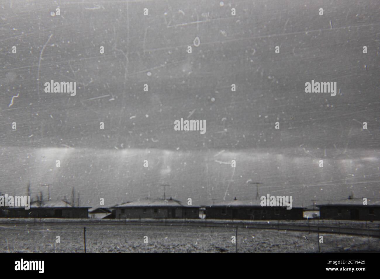 Schöne Schwarz-Weiß-Fotografie aus den 1970er Jahren einer Wohnsiedlung in den ländlichen Vororten. Stockfoto
