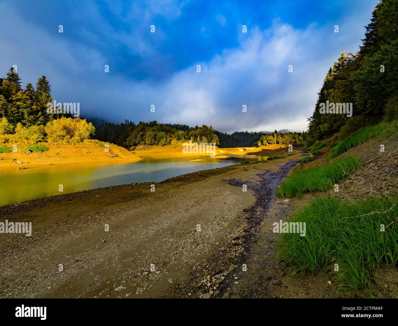 Burst od warme Morgendämmerung frühen Morgen Sonne Licht Sonnenlicht dazwischen Wolken in der Nähe Lokvarsko Lokve See und Mrzla vodica in Kroatien Europa Stockfoto