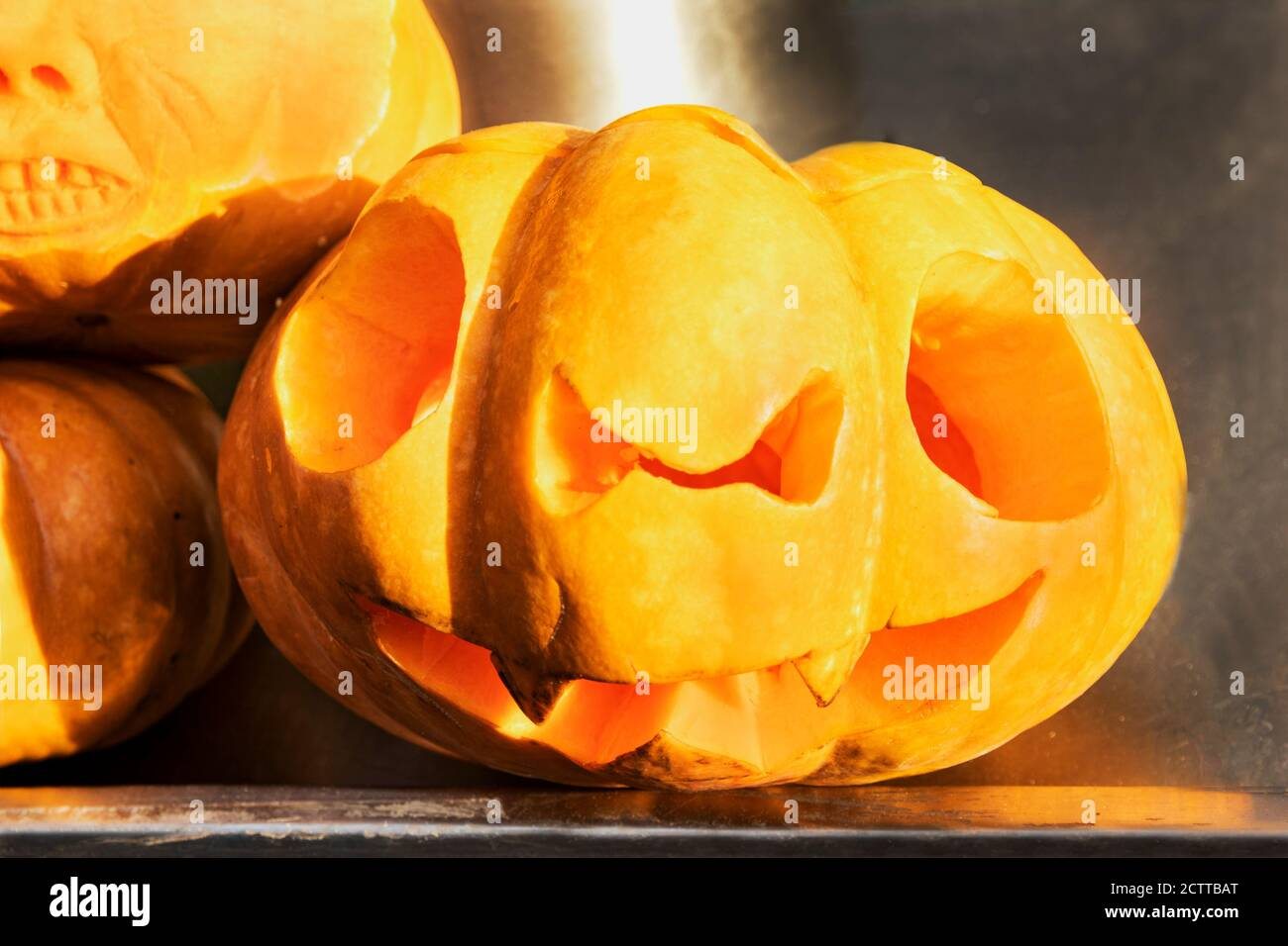 Ein furchtsames Gesicht geschnitzt auf einen Kürbis für Halloween. Die traditionelle jack Laterne gemacht der Kürbis ist ein Symbol für Halloween. Die mystischen Sym Stockfoto