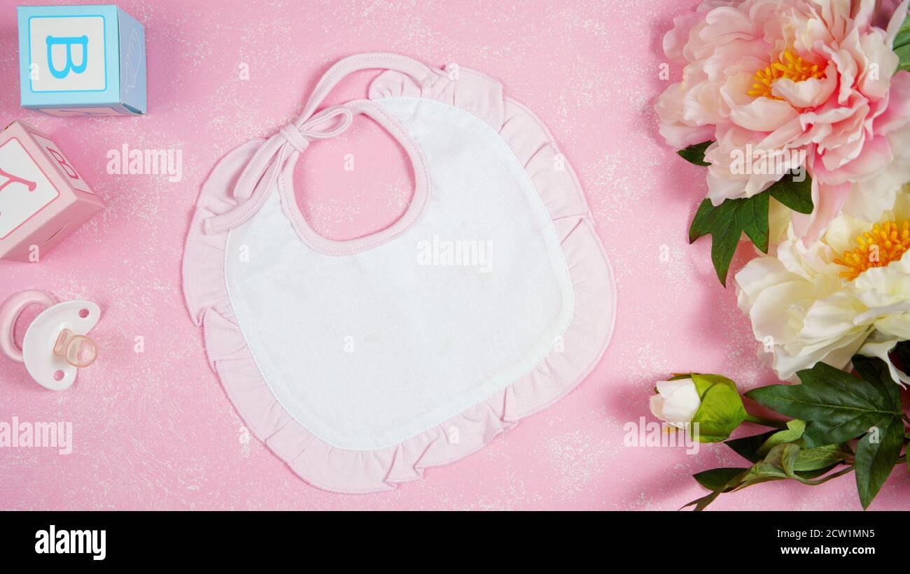 Baby Lätzchen Baumschule Kleidung Mama Blogger Desktop-Mockups mit peonie floers auf rosa strukturierten Hintergrund. Top Ansicht Blog Held Header kreative Komposition Stockfoto