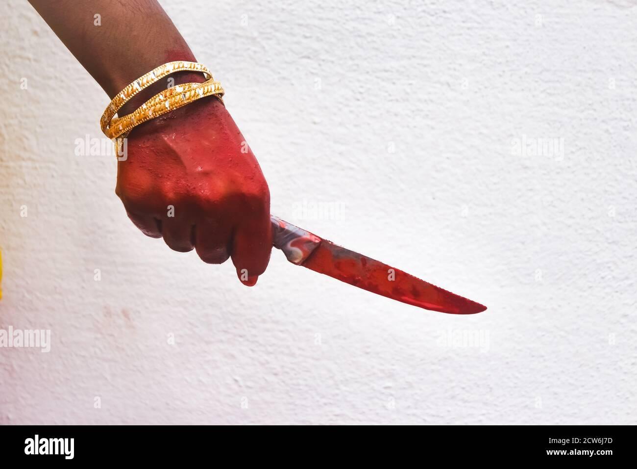 Frau hält Messer an der Hand mit Blut Horror von Angst, sie Rache ermordet von ihrem Geliebten. Toxics Beziehung Konzept & Halloween Tag Festival c Stockfoto