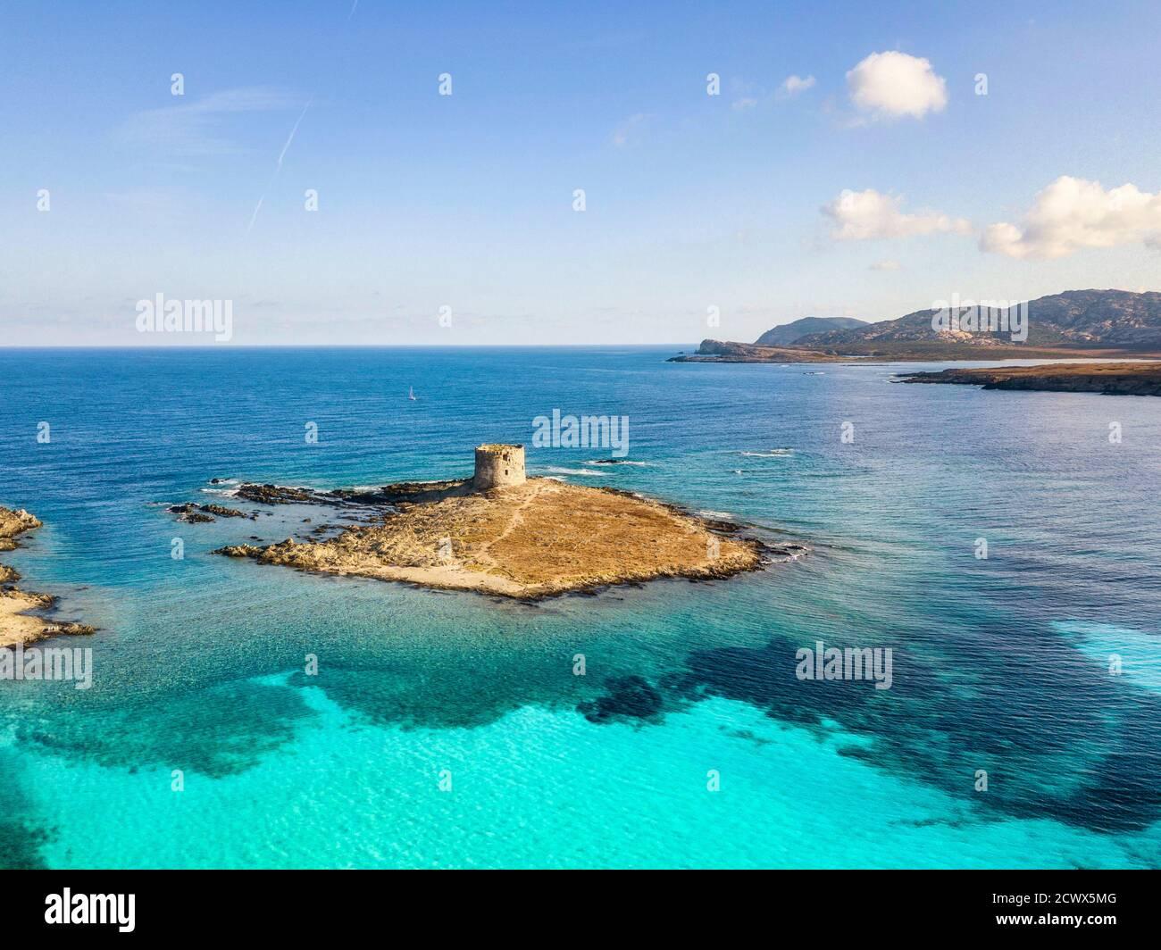 Stintino, türkisfarbenes Meerwasser, Küste und Turm. Sardinien, Italien Stockfoto