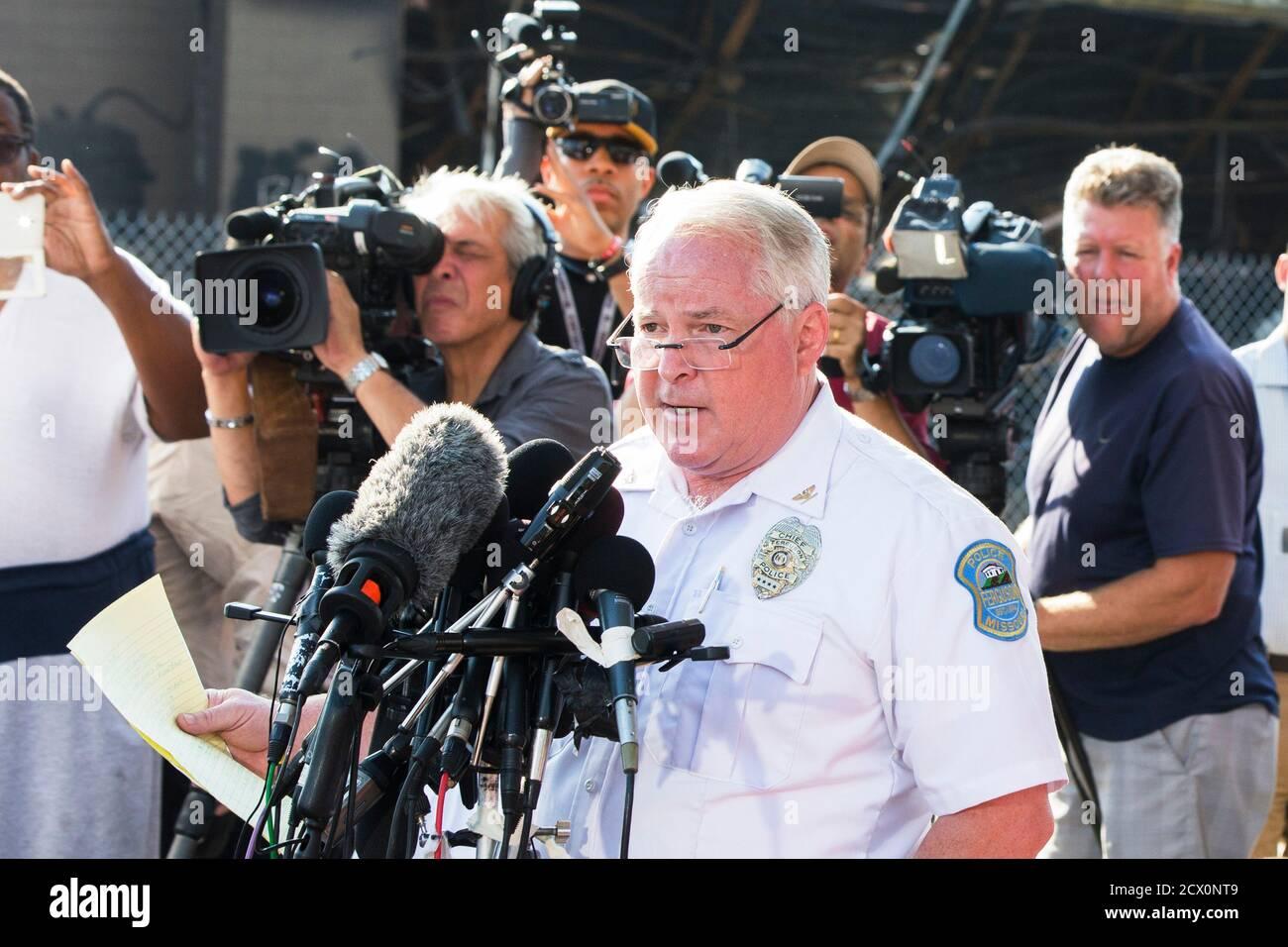 Ferguson Police Chief Thomas Jackson gibt den Namen des Offiziers bekannt, der an der Erschießung von Michael Brown als Offizier Darren Wilson in Ferguson, Missouri, am 15. August 2014 beteiligt war. Das Briefing fand in der Nähe eines QuikTrip-Lebensmittelladens statt, der während der Proteste gegen die Erschießung von Brown, 18, am vergangenen Samstag verbrannt worden war. REUTERS/Lucas Jackson (VEREINIGTE STAATEN - Tags: BÜRGERUNRUHEN STRAFTAT) Stockfoto