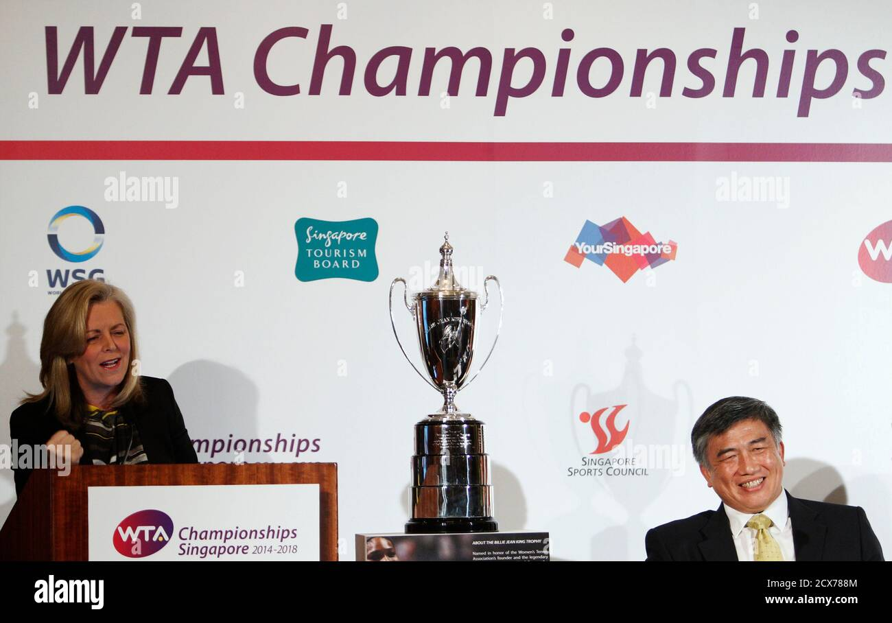 Stacey Allaster (L), Chairman und Chief Executive Officer von der Womens Tennis Association (WTA) spricht neben Singapur Sports Council CEO Lim Teck Yin bei einem WTA-Ankündigung in Singapur 8. Mai 2013. Singapur das glitzernde jährliche Finale der Frauen-Tennis-Saison ab 2014 bis 2018 stattfinden, sagte der WTA am Mittwoch.  REUTERS/Edgar Su (Singapur - Tags: SPORT TENNIS) Stockfoto