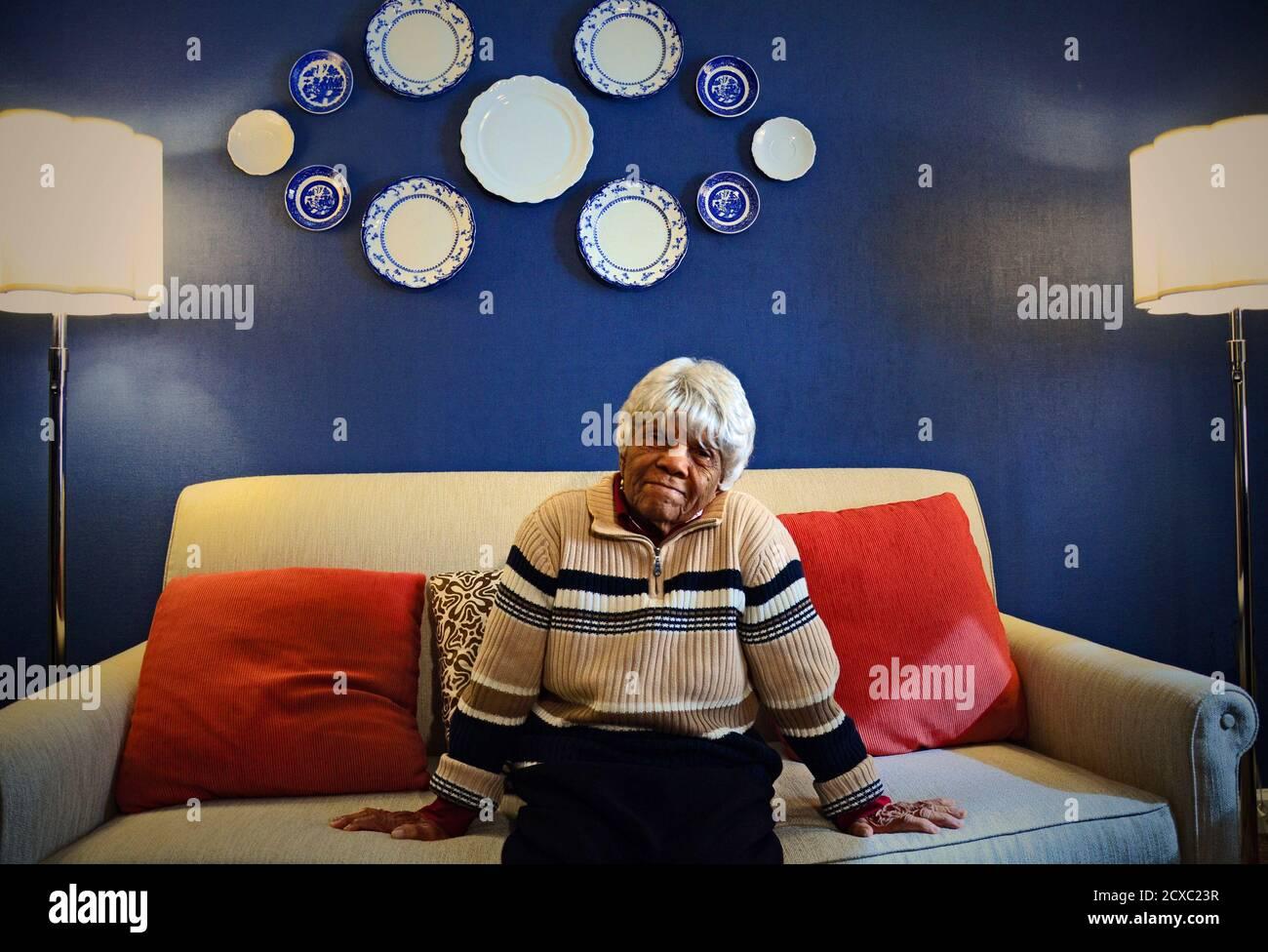 Desiline Victor stellt in einem Hotel in Washington, 12. Februar 2012. Victor möglicherweise der älteste Gast beobachten die Rede zur Lage der Union in Person. Die 102 Jahre alte haitianische Einwanderer aus Florida wartete auf drei Stunden zu früh für den Präsidenten im späten Oktober vor gesagt, später zu die Masse zu vermeiden zurück stimmen. Victor, Staatsbürgerschaft, schließlich werfen ihre Stimmzettel und ist seitdem das Gesicht der Reform abstimmen. REUTERS/Paul Grant (Vereinigte Staaten - Tags: Gesellschaft Politik Wahlen USA Präsidentschaftswahlen) Stockfoto