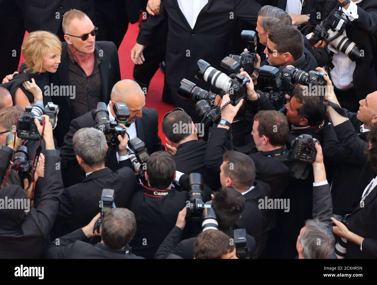 """Sänger Sting und seine Frau britische Schauspielerin und Produzentin Trudie Styler ankommen auf dem roten Teppich für den Film """"Mud"""", im Wettbewerb der 65. Filmfestspiele von Cannes, 26. Mai 2012.           REUTERS/Loic Venance/Pool (Frankreich - Tags: ENTERTAINMENT) Stockfoto"""