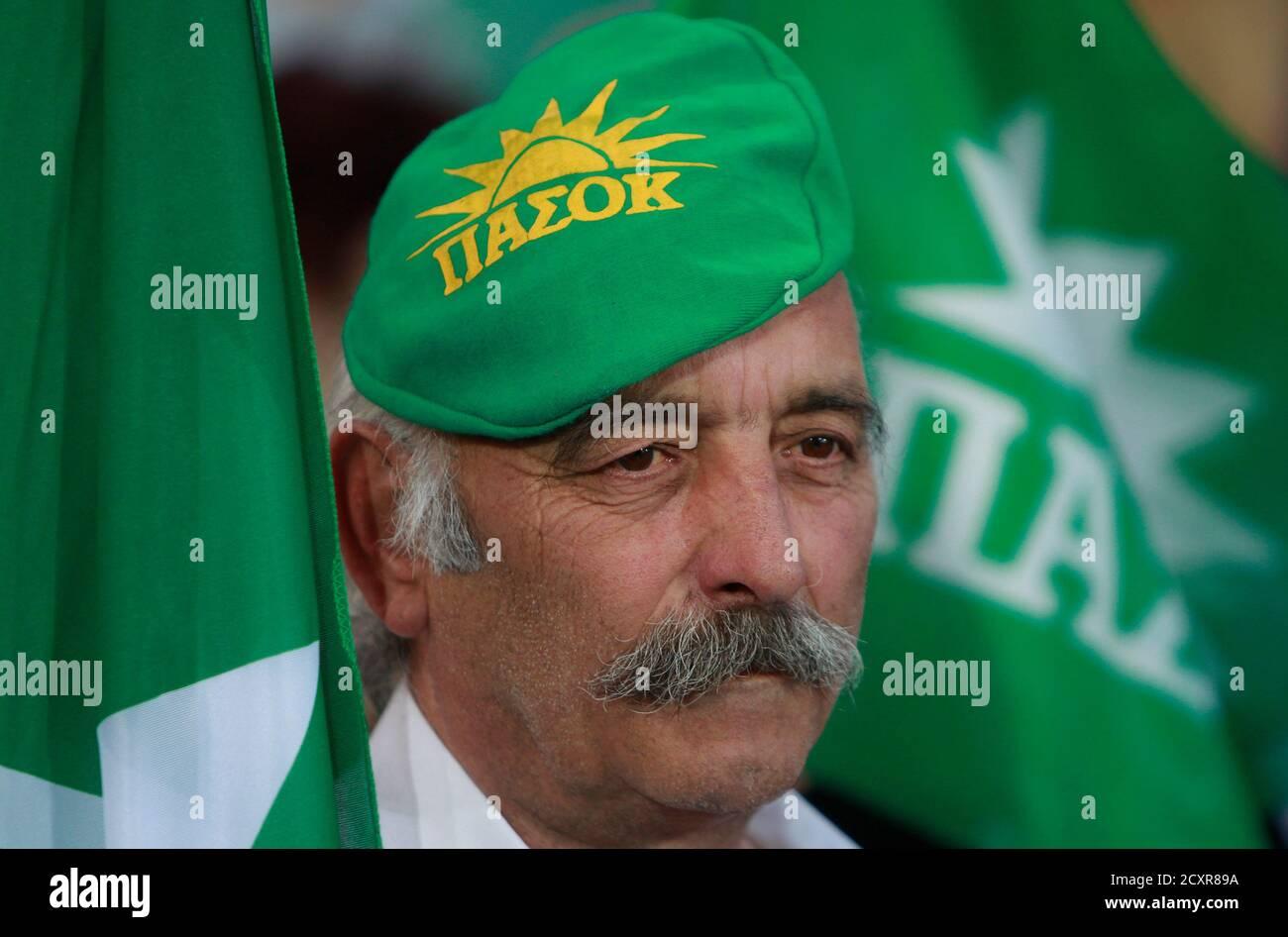 Ein Unterstützer der griechischen Sozialistischen Partei PASOK ...