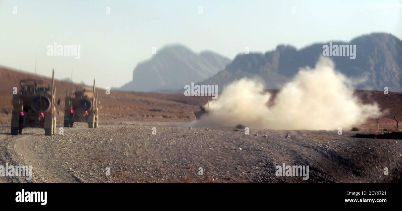 Ein gepanzertes Fahrzeug der US Marines, 2nd Battalion 7th Marines Regiment wird mit Rauch und Staub umhüllt, nachdem es durch einen Sprengsatz am Straßenrand Bombenangriff getroffen wurde, da ein Marines-Konvoi auf Patrouille in der Nähe von jetzt Zad-Distrikt in der Provinz Helmand, südwestliche Afghanistan 9. November 2012 ist. Das Fahrzeug wurde bei dem Angriff nur leicht beschädigt.  REUTERS/Erik De Castro (AFGHANISTAN - Tags: militärische Politik Unruhen) Stockfoto