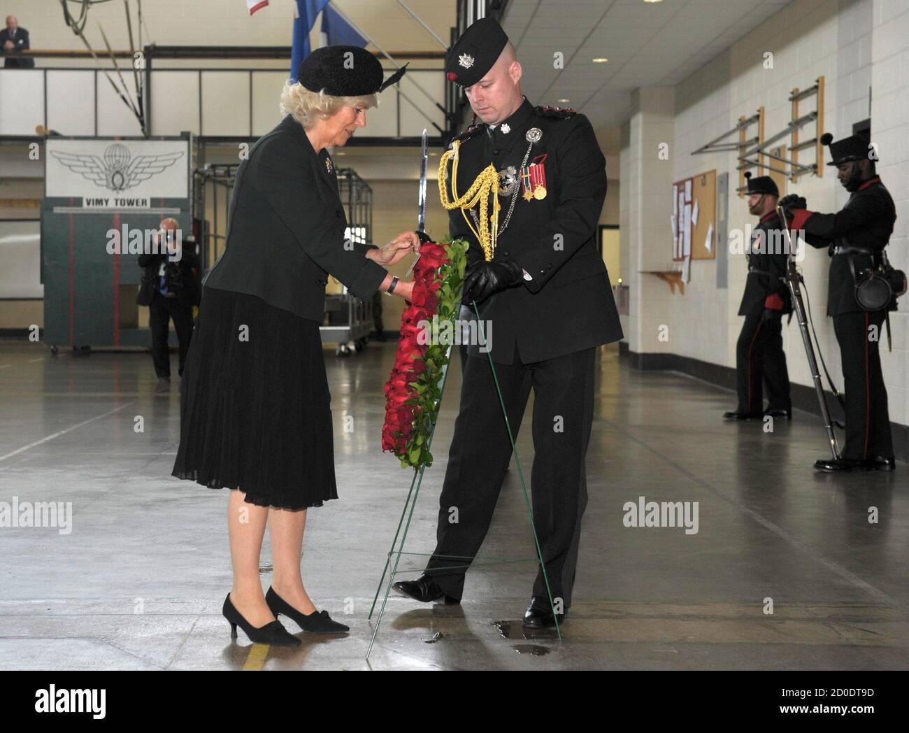 Camilla, Herzogin von Cornwall, legt einen Kranz bei ihrem ersten Besuch als der neue Oberst-in-Chief, eigene Gewehre der Königin Moos Park Zeughaus in Toronto 22. Mai 2012. Der Prince Of Wales und seine Frau sind auf eine dreitägige königliche Tour durch Kanada im Rahmen von Veranstaltungen, die der Königin Diamond Jubilee markieren. REUTERS/Mike Cassese (Kanada - Tags: ENTERTAINMENT militärische Politik ROYALS) Stockfoto