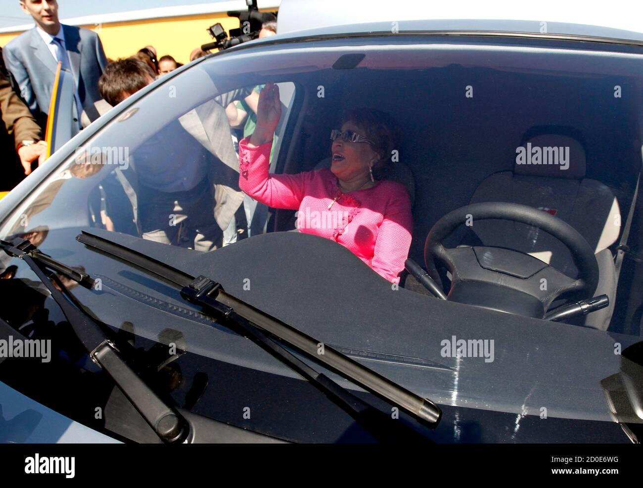 """St. Petersburger Gouverneur Valentina Matviyenko sitzt in einem Furgon Automobil als sie Teil in einer Zeremonie nimmt mit dem Bau der Anlage, russische Auto Marke """"e"""" Neuwagen, entworfen von Onexim Group Unternehmen, im Besitz von Milliardär Mikhail Prokhorov, außerhalb von St. Petersburg 8. Juni 2011 zu produzieren beginnen. Neue russische Automarke """"e"""" (""""e mit zwei Punkten oben"""" ist der siebte Buchstabe im russischen Alphabet) Automobile werden weltweit billigsten Hybriden, Preis festgesetzt bei $10.000, nach Vertreter der Gesellschaft.  REUTERS/Alexander Demianchuk (Russland - Tags: BUSINESS TRANSPORT Bau POL Stockfoto"""