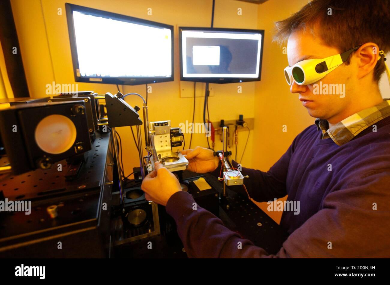 Dissertation-Student Jan Torgersen von der technischen Universität Wien betreibt einen neu entwickelten 3D Laser-Drucker in Wien 29. März 2012. Torgersen und Kollegen haben einen neuen Geschwindigkeits-Weltrekord für die Erstellung von 3D Nano-Objekte eingestellt. Das Hochschulteam erstellen ihre Körnchen Sand-Size-Strukturen in nur vier Minuten, einen Bruchteil der Zeit, die anderen Elemente zuvor gedruckt wurden. Bisher machen komplexe 3D Großstrukturen würde dauern Stunden oder sogar Tage aber mit der neu entwickelten 3D Laser-Drucker die Wissenschaftler, die sich um den Faktor von 500 oder in einigen Fällen 1.000mal beschleunigen können. Der Prozess Stockfoto