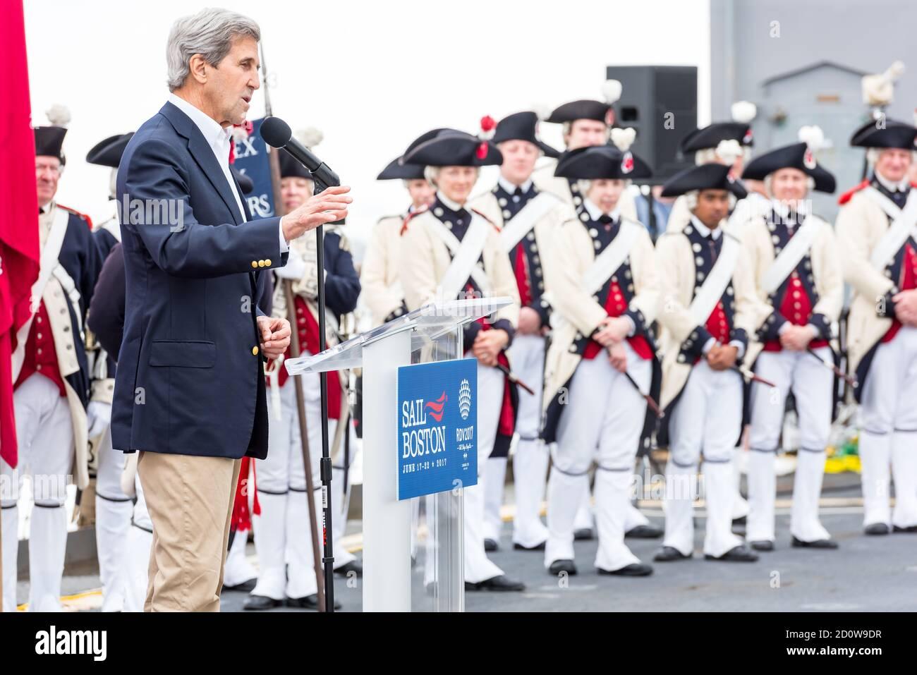 Boston, Massachusetts. Juni 2017. Der ehemalige Außenminister John Kerry spricht in Sail Boston. Fotografiert von der USS Whidbey Island. Stockfoto