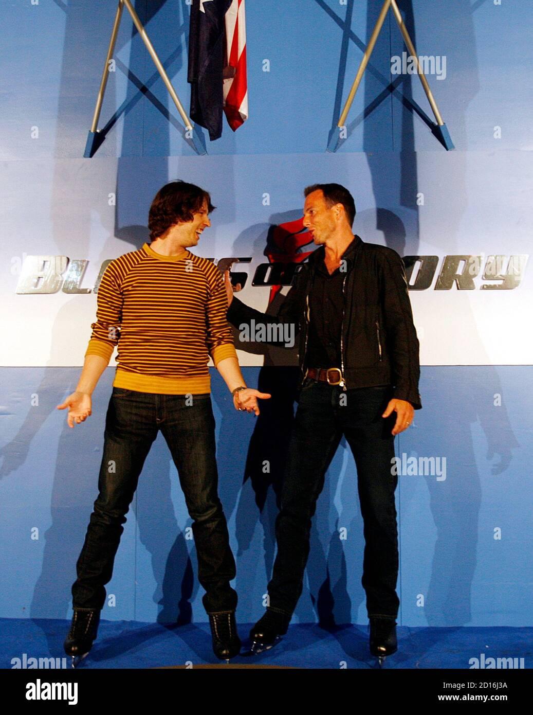 """Schauspieler Jon Heder (L) und Will Arnett Witz um auf eine Medien-Möglichkeit in eine Eislaufbahn, ihren Film """"Blades of Glory"""" in Sydney 6. Juni 2007 zu fördern.         REUTERS/Tim Wimborne (Australien) Stockfoto"""