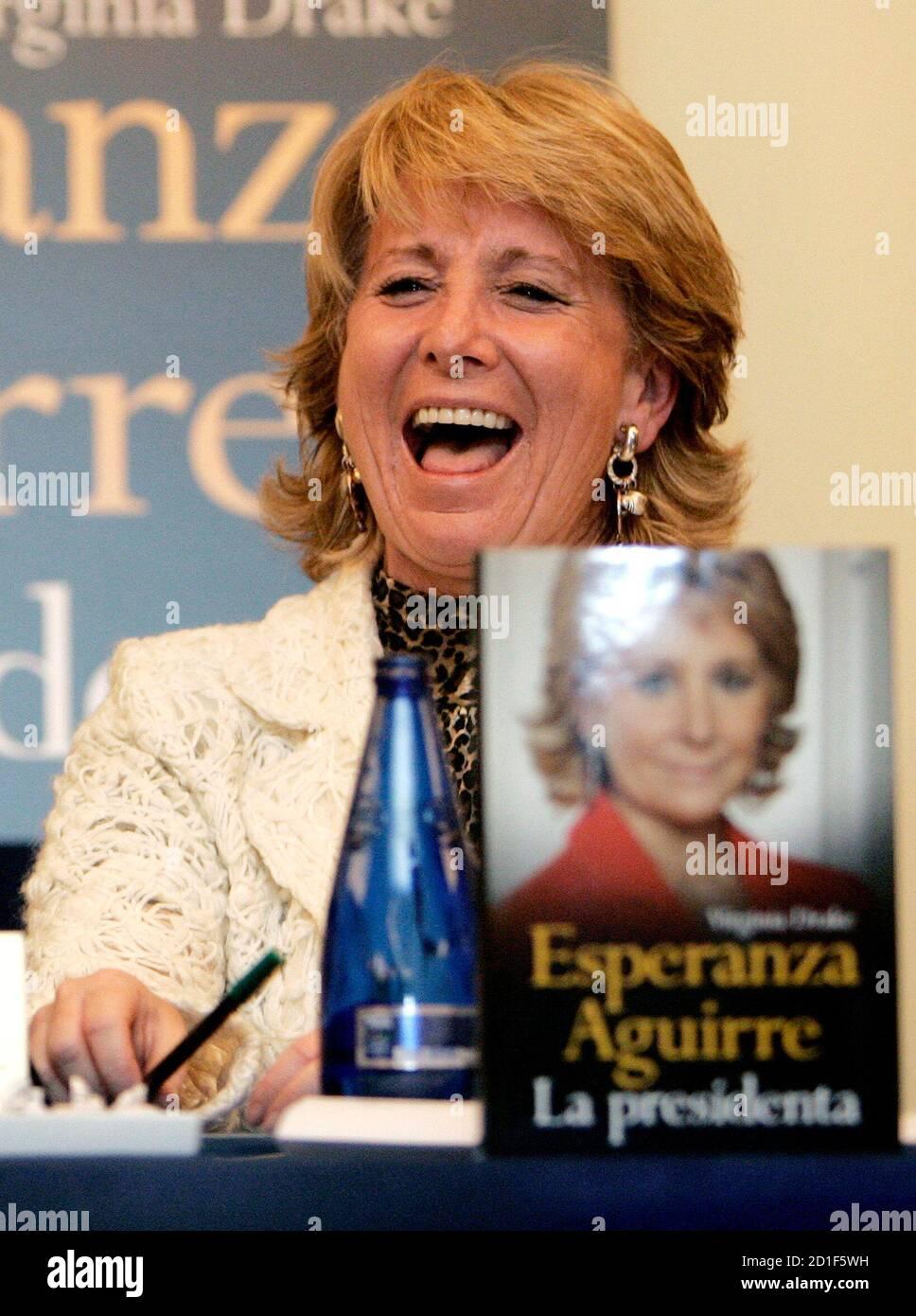 """Präsident der Madrider Regionalregierung Esperanza Aguirre lacht während der Präsentation ihrer Biographie """"Esperanza Aguirre La Presidenta"""" in Madrid 28. November 2006.  REUTERS/Andrea Comas (Spanien) Stockfoto"""