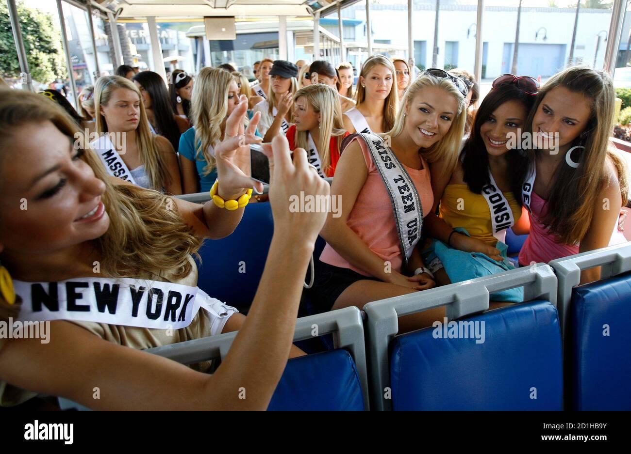 Miss New York Teen USA Tatiana Pallagi (L) fotografiert Miss Teen USA 2006 Katie Blair (2. L), Miss Wisconsin Teen USA Shauna Angel Sabir (2. R) und Miss Georgia Teen USA Jena Michelle Sims während einer Tour durch die Universal Studios in Universal City, Kalifornien, 17. August 2007. Die 25. Miss Teen USA Parade wird am 24. August in Pasadena stattfinden. REUTERS/Mario Anzuoni (USA) Stockfoto