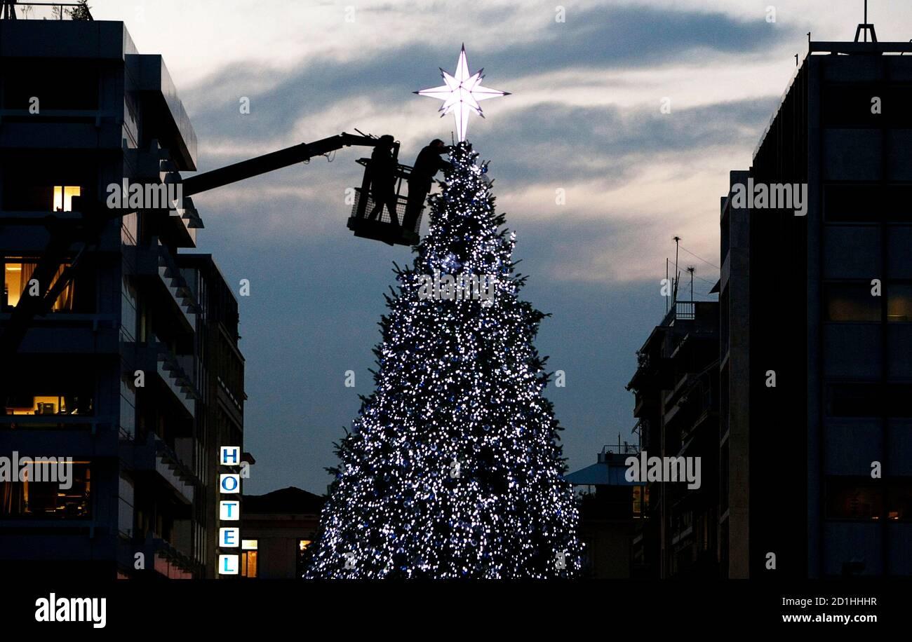 Arbeitnehmer haben letzten Schliff auf einem Weihnachtsbaum am zentralen Syntagma-Platz in Athen 10. Dezember 2009.  REUTERS/Yiorgos Karahalis (Griechenland SOCIETY) Stockfoto