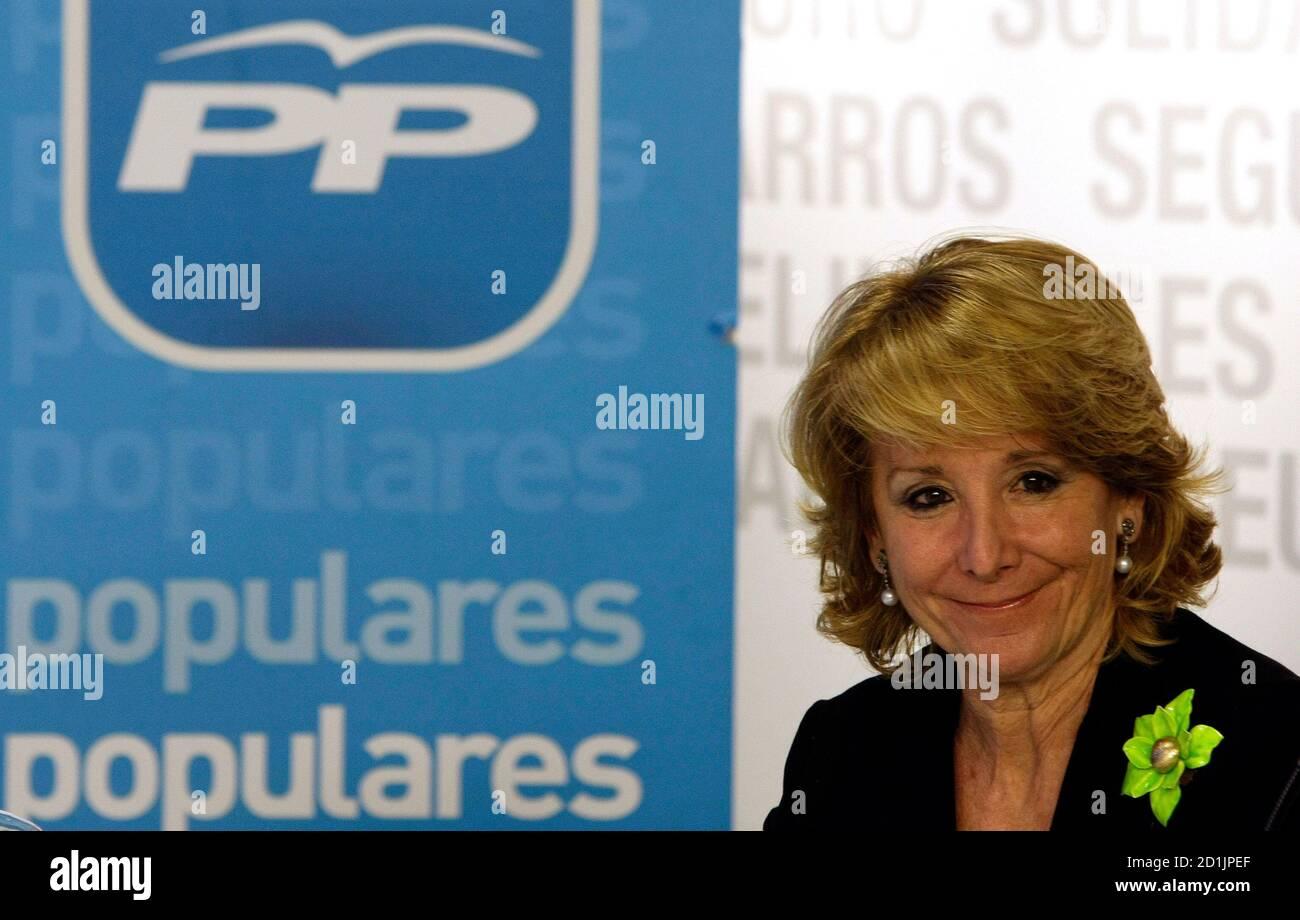 Esperanza Aguirre, Madrid Regional President, lächelt, als sie der Partido Popular Bundesvorstands treffen in der Parteizentrale in Madrid 11. Februar 2009 besucht. High Court Richter Baltasar Garzon genannt Verdächtigen in einer Untersuchung der Korruption in der Partido Popular, wobei die Gesamtzahl der Verdächtigen auf 37 34 Personen am 10. Februar 2009. Die Untersuchung der Korruption kommt am Heck Anschuldigungen wegen Spionage in der Partei in die populäre Partei Madrider Regionalregierung.  REUTERS/Sergio Perez (Spanien) Stockfoto