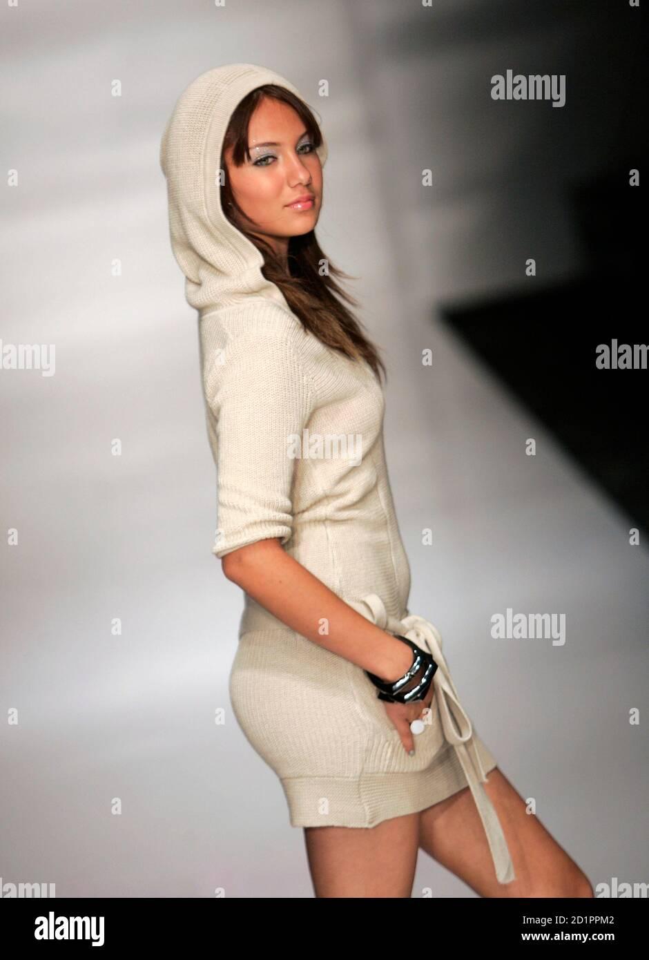 Ein Modell stellt eine Schöpfung der Justsweet Kollektion von Jennifer Lopez während der Fashion Week in Miami Beach, Florida, 23. März 2006. Foto 23. März 2007.   REUTERS/Carlos Barria (Vereinigte Staaten) Stockfoto