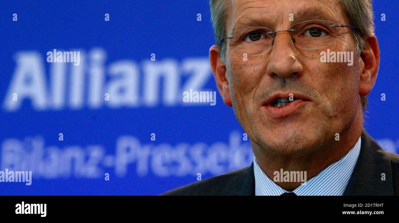 Michael Diekmann, CEO von Europas größter Versicherer Allianz SE, befasst sich mit Journalisten während des Unternehmens Jahrespressekonferenz in München, 26. Februar 2009.  REUTERS/Alexandra Beier (Deutschland) Stockfoto