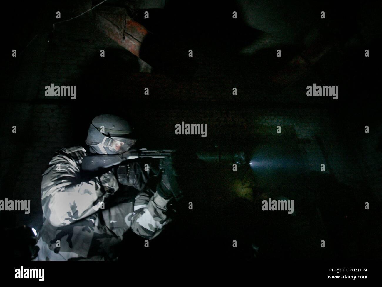 Ein Mann schießt während eines Live Action Rollenspiels, das auf ...