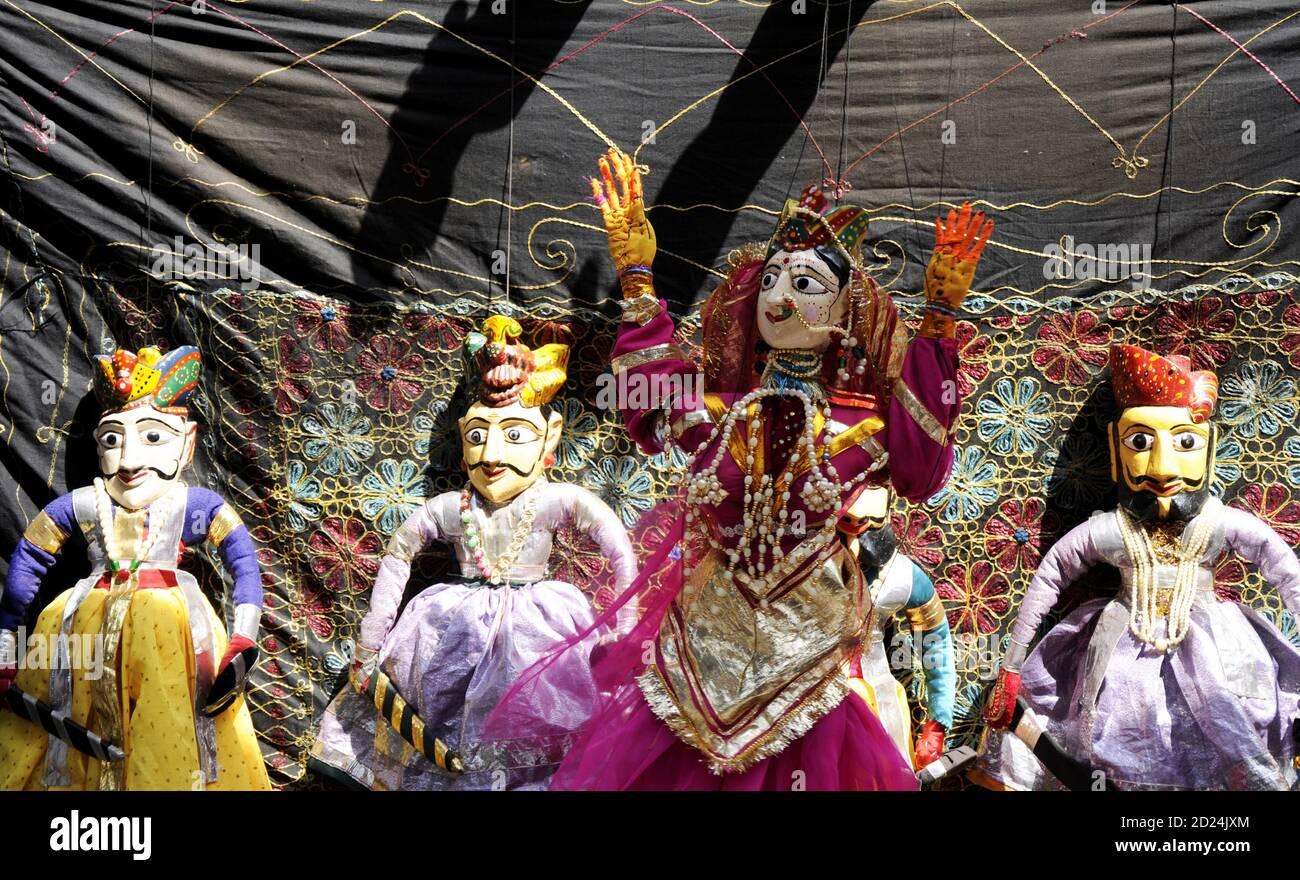 Bunte Rajasthani Puppen Puppen von Jaisalmer. Traditionelle Puppentheater in Rajasthan ist eine beliebte Touristenattraktion. Stockfoto