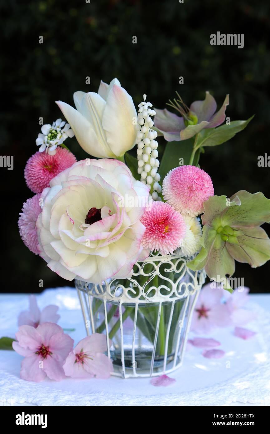 Romantisches Bouquet von weißen und rosa Frühlingsblumen im Vintage Vase Stockfoto